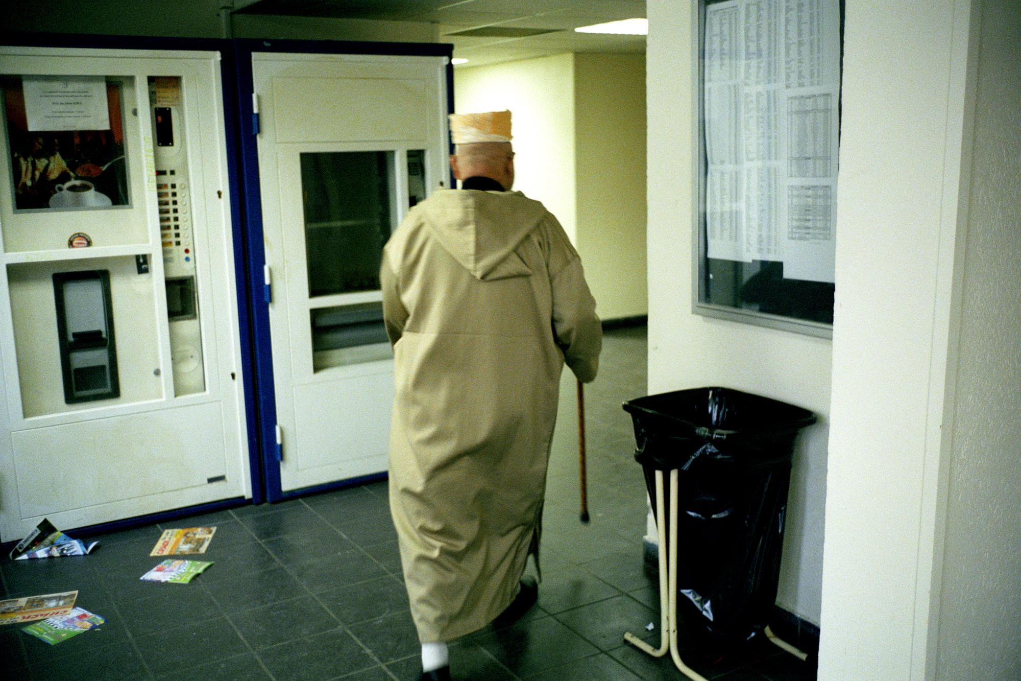 """Il y a de nombreux retraités ici. Ils y ont fait leur vie, sans la faire vraiment.  Extrait du webdocumentaire   """" Adoma, vers la maison ? """"  , séléctionné au festival Visa Pour l'Image 2009."""