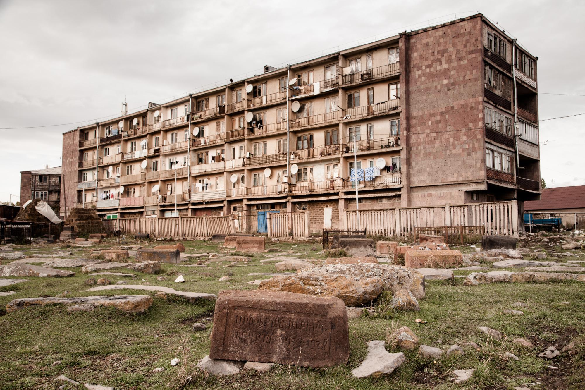 L'ancien cimetière d'Ashotsk, en centre-ville.  Extraits du webdocumentaire   Ashotsk, aux confins de l'Arménie  .