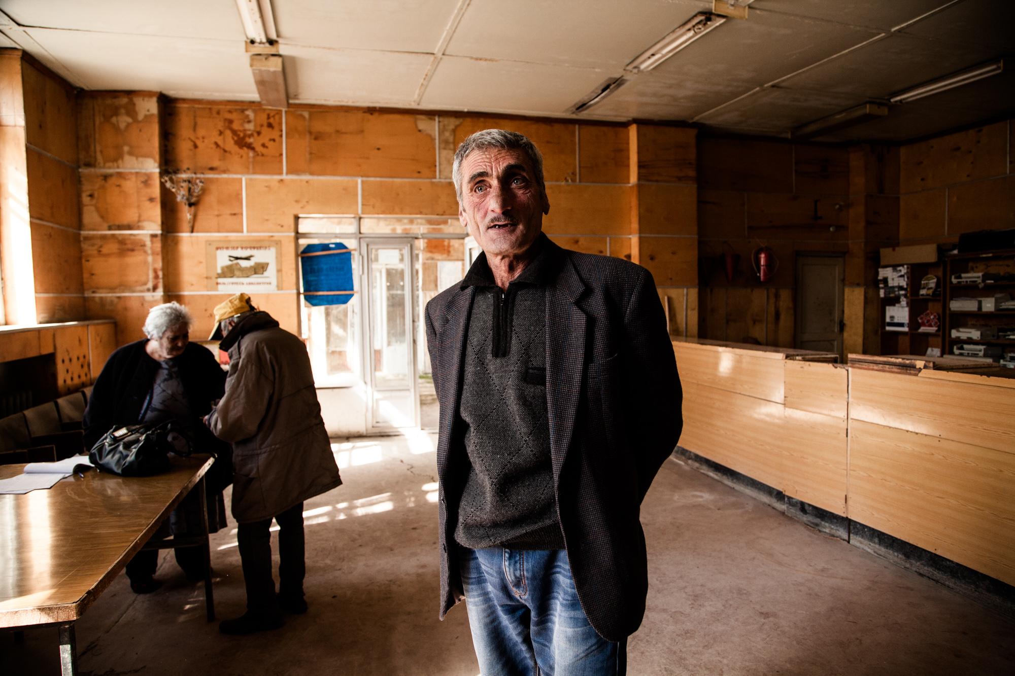 Micha a travaillé près de 60 ans. Aujourd'hui, il passe au bureau de poste pour toucher ses 100$ de pension. Il arrive parfois qu'un grand-père hospitalisé soit sorti de l'hôpital pour aller retirer son argent: dans de nombreuses familles, la pension des grands-parents est le seul revenu.  Extraits du webdocumentaire   Ashotsk, aux confins de l'Arménie  .