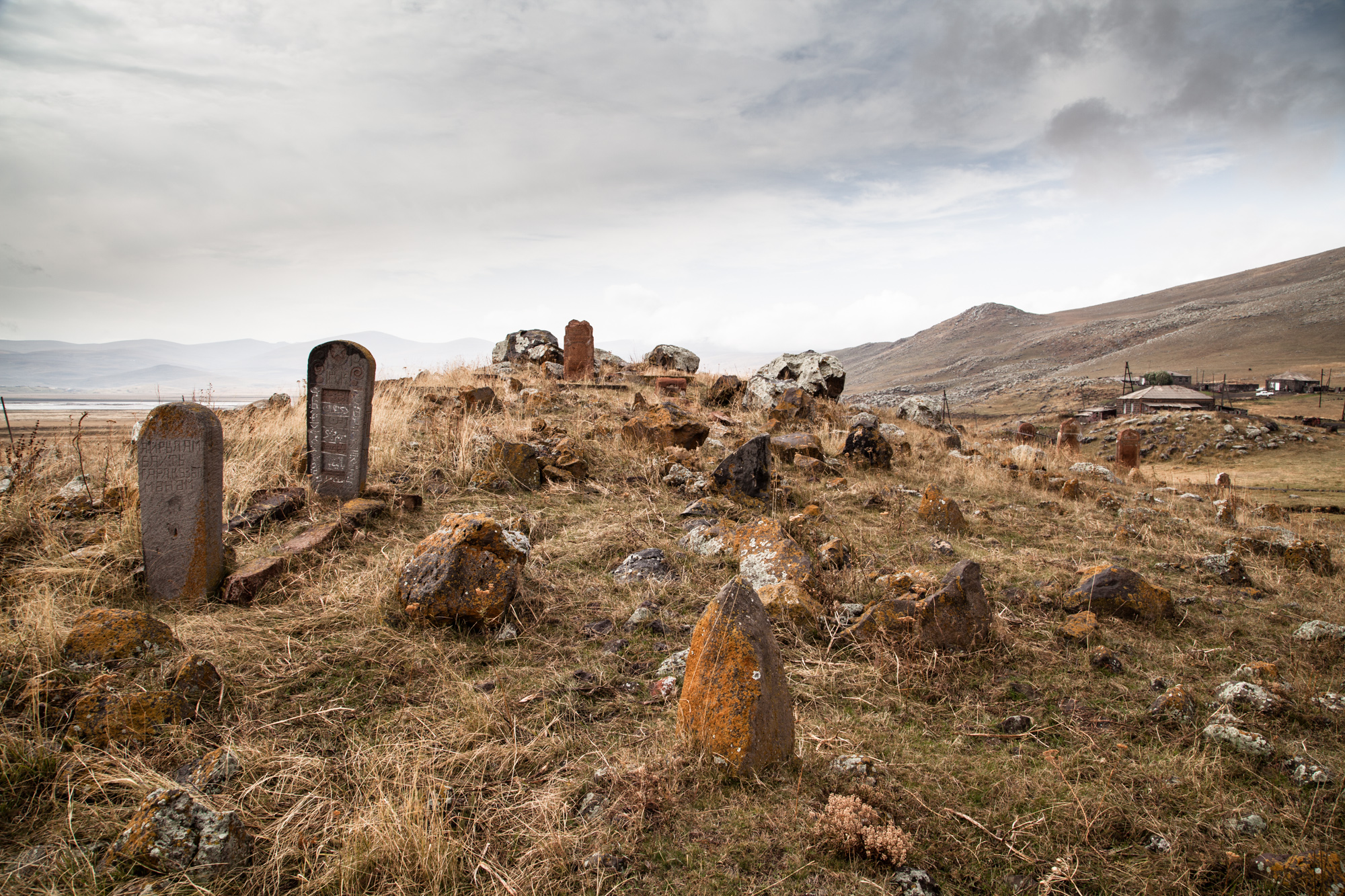 En 1989, la fin de l'URSS fait renaître les conflits territoriaux enfouis pendant l'époque soviétique entre l'Arménie et l'Azerbaïdjan voisin. Entre 1988 et 1994, la guerre laisse près de 20000 morts et des centaines de miliers de déplacés des 2 côtés de la frontière. Dans certains endroits, les cimetières sont profanés. À Zorakert, un village près d'Ashotsk, le cimetière azéri, abandonné, n'a lui, pas été touché.  Extraits du webdocumentaire   Ashotsk, aux confins de l'Arménie  .