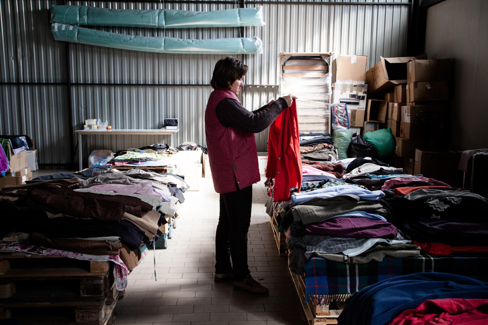 Dans un des hangars, une employée trie les dons reçus par l'hôpital. Les vêtements sont distribués aux habitants de la région. C'est pour beaucoup un des seuls moyen de s'habiller.  Extraits du webdocumentaire   Ashotsk, aux confins de l'Arménie  .