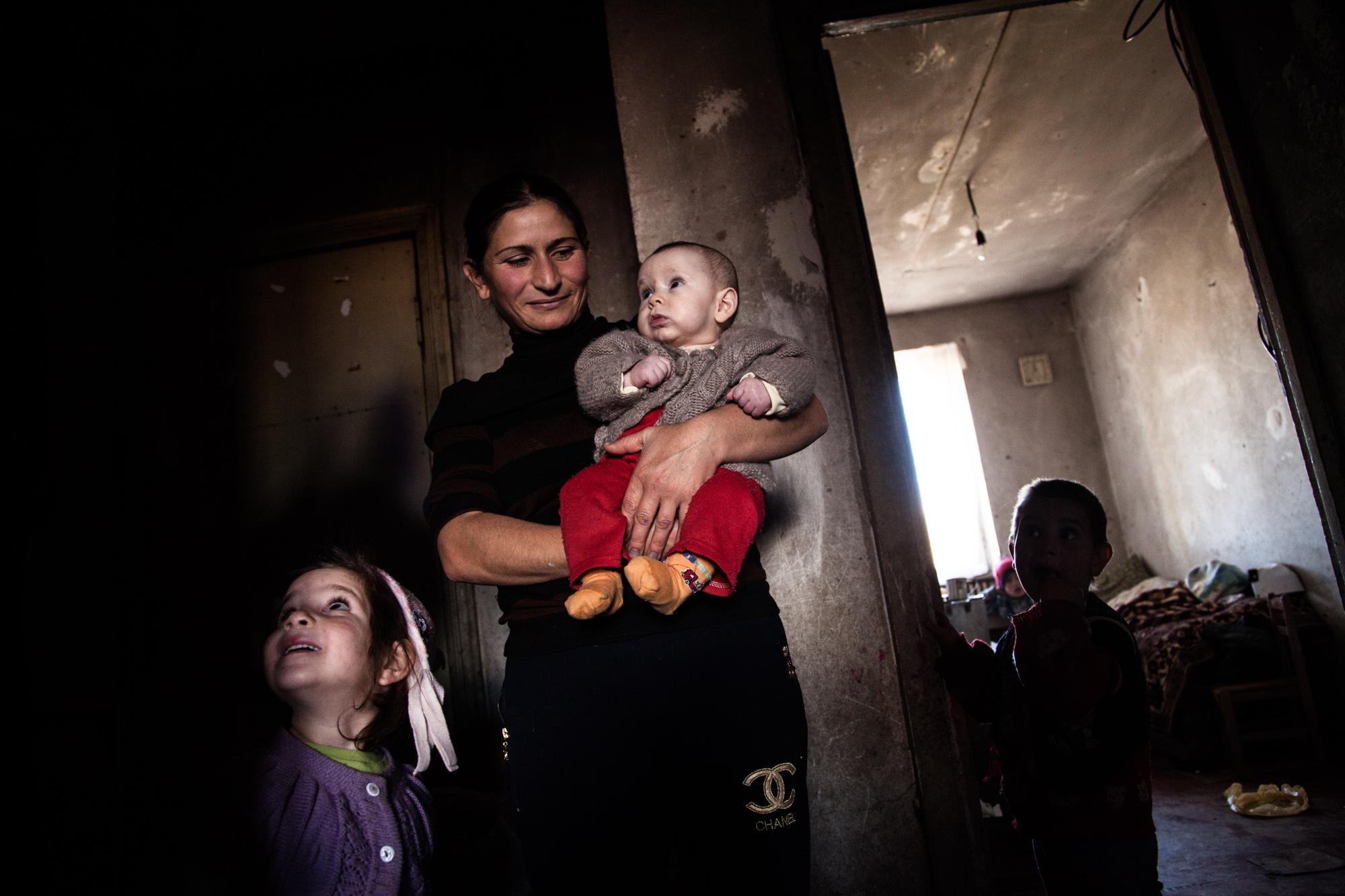 Aïda n'a pas de travail. Elle s'occupe de ses 7 enfants à la maison. Mariam, la dernière, a 4 mois. Outre le faible salaire de Vova, la famille n'a que l'aide humanitaire pour survivre.  Extraits du webdocumentaire   Ashotsk, aux confins de l'Arménie  .