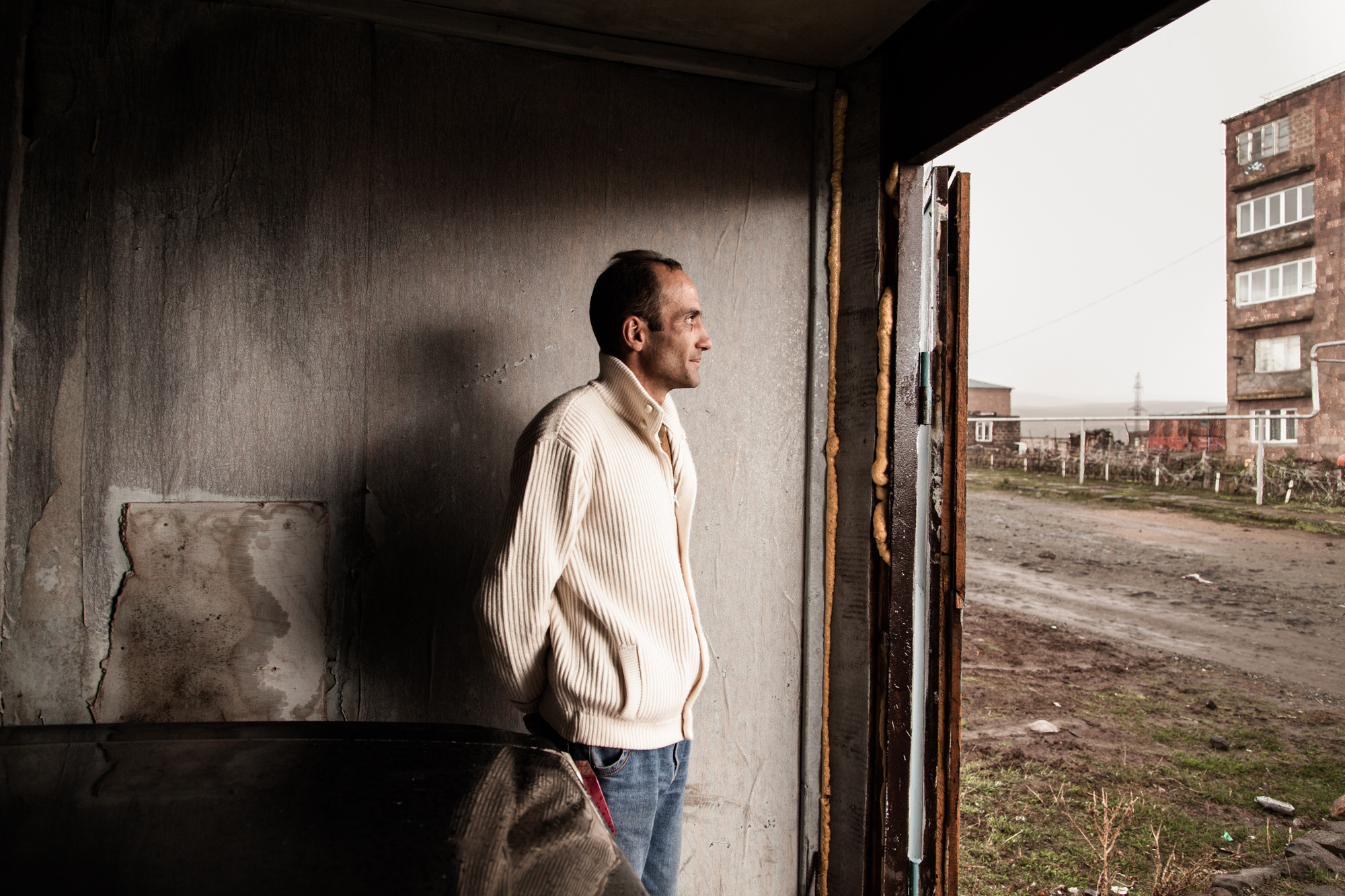 """À ce jour, l'exil saisonnier est la seule solution trouvée par de nombreux hommes, pour nourrir leur famille. Artak a passé 5 ans en Russie. """"Je suis chauffeur pour la compagnie nationale d'éléctricité. C'est pas terrible mais mieux que la Russie. Je suis près de ma famille et c'est le plus important. """" Il vit avec sa femme et leurs 2 enfants. La famille a 2 vaches, dont l'une sera mangée à Noël.  Extraits du webdocumentaire   Ashotsk, aux confins de l'Arménie  ."""
