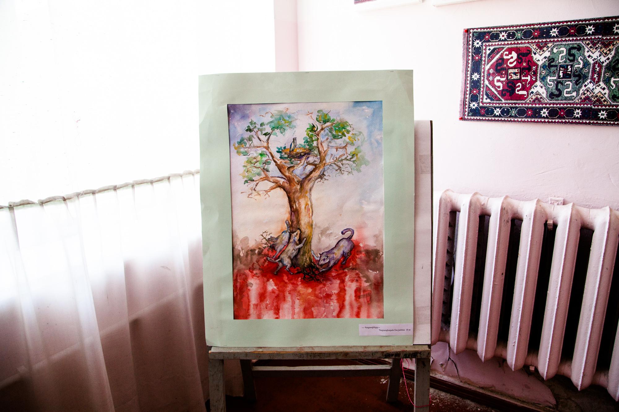 """À la Maison de la Culture, où l'on trouve bibliothèque et ateliers de dessin et broderie, Shushan a gagné le Premier Prix du Concours d'aquarelle. Elle a 13 ans, et son dessin figure le génocide arménien. """" Je m'appelle Shushan. Dans mon dessin, j'ai décrit... (Elle se reprend.) J'ai dédié mon dessin au génocide. J'ai peint un arbre qui représente l'Arménie, ses racines sont profondes dans la terre. Et les carnassiers représentent les Turcs, qui veulent déraciner l'arbre. Mais ils ont beau essayer encore et encore, ils n'arrivent pas, jamais, à le déraciner totalement. Les carnassiers sont les Turcs. Là, c'est le sang des victimes innocentes. Et les Arméniens ont installé sur l'arbre leur nid paisible, leur berceau. """"  Extraits du webdocumentaire   Ashotsk, aux confins de l'Arménie  ."""