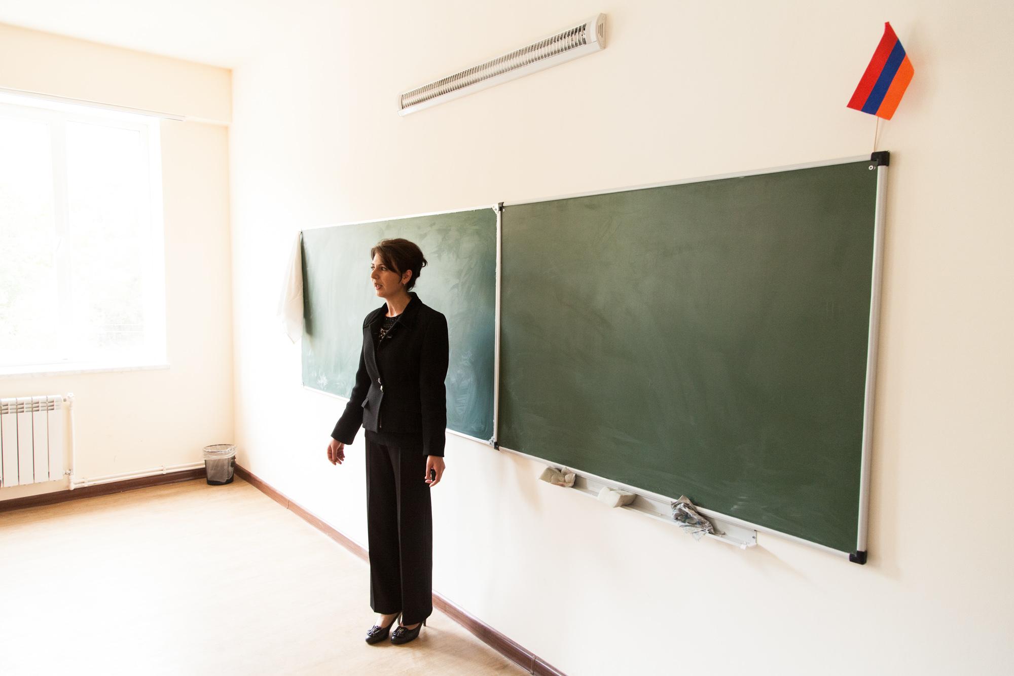 """À l'école, dont la reconstruction a été financée par le Fond Arménien de France, Kariné Katchatrian donne les cours d'Histoire Religieuse de l'Église Arménienne. Les enfants y étudient les textes et apprennent les prières. Dans la salle des professeurs, une de ses collègues montre à tous une vidéo de son fils à l'armée, postée sur Youtube. Les appelés passent 2 mois au front et reviennent 15 jours, pendant 2 ans. Le fils de Kariné Katcharian y est aussi en ce moment. Ils étaient tous les deux encore étudiants ici il y a peu. """" Je suis inquiète tout le temps. Et quand je n'ai pas de coup de fil pendant 2 jours... """"  Extraits du webdocumentaire   Ashotsk, aux confins de l'Arménie  ."""