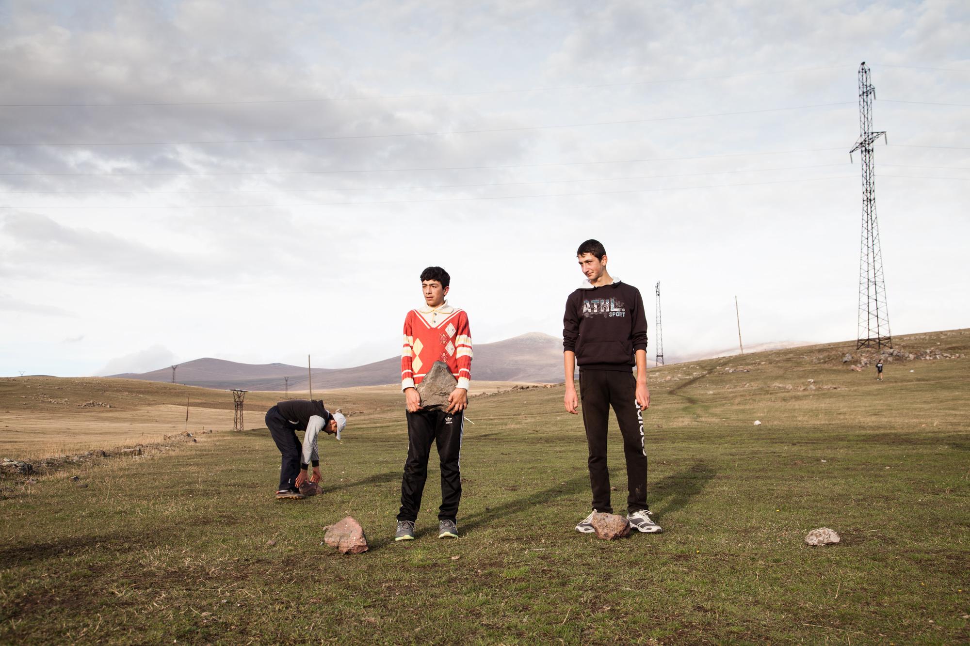 Comme un condensé de l'Arménie de ces dernières décennies... À la sortie d'Ashotsk, une quinzaine de jeunes se retrouvent chaque soir. Artur et sa femme Alla, anciens champions internationaux de ski de fond, les font transpirer. Faute d'altères, l'entrainement se fait avec des pierres.  Extraits du webdocumentaire   Ashotsk, aux confins de l'Arménie  .
