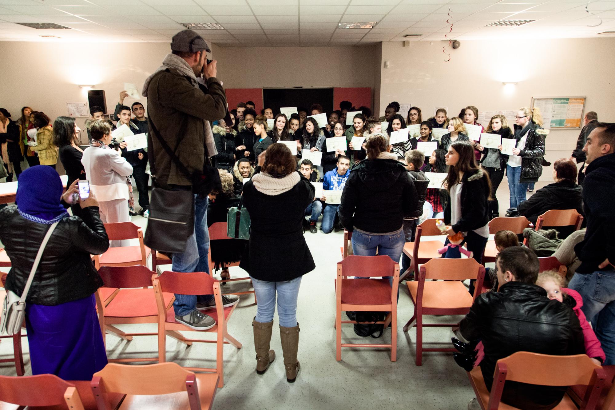 Il est 19h et la remise des diplômes touche à sa fin. C'est l'heure de la photo de groupe pour les parents et la presse locale.  Extrait du projetLes pieds dans la Franceco-réalisé avecStéphane DouléetCamille Millerand.   http://www.unpieddanslafrance.fr/evreux