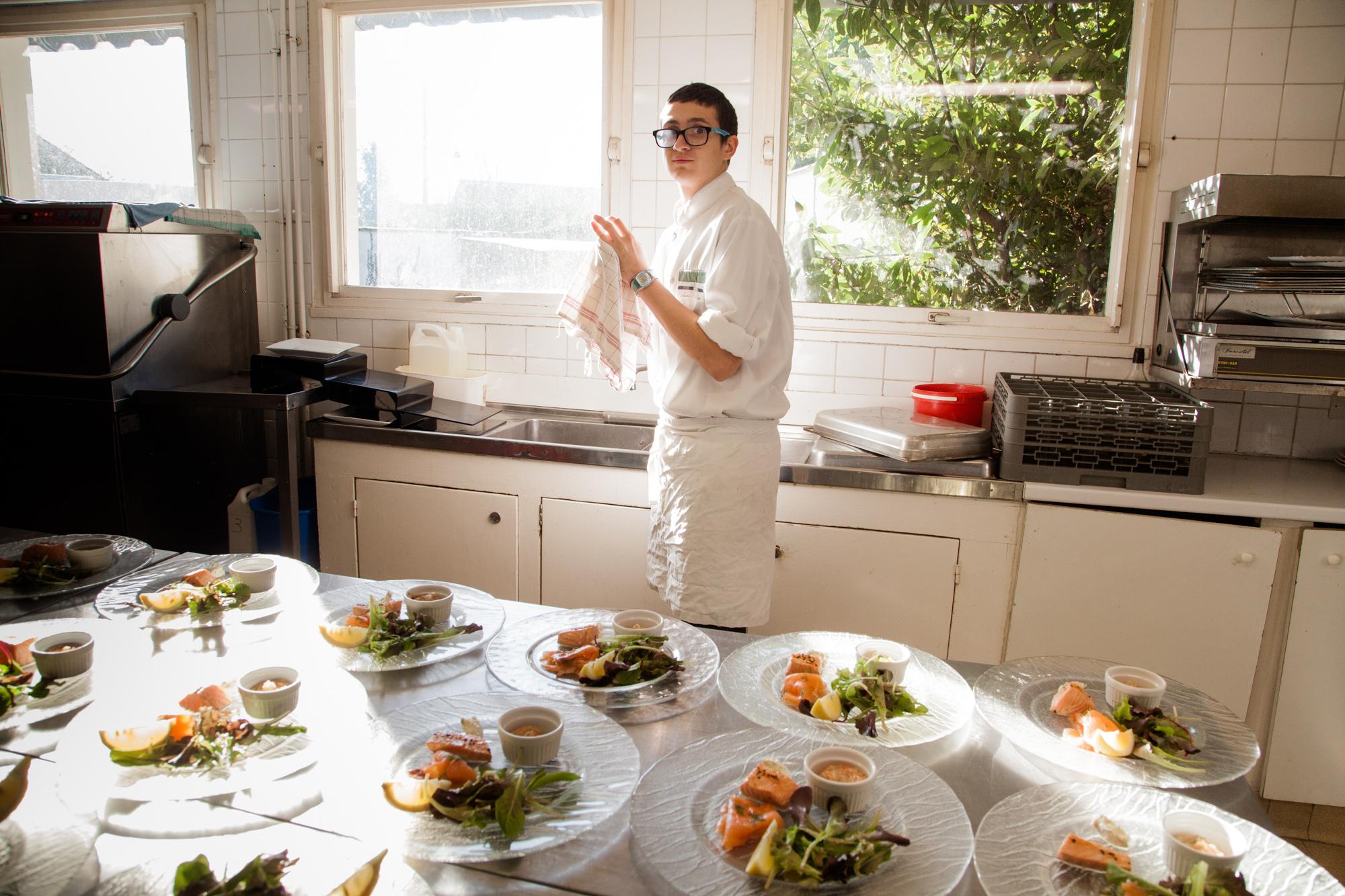 """""""Je voulais voir comment ça se passait dans une cuisine. Je savais déjà ce qui se passait dans les cuisines, mais j'avais vu à la télé... Je voulais voir comment ça se passait en vrai.""""  David, en stage dans le restaurant """" La Vieille Gabelle"""".     Extrait du projetLes pieds dans la Franceco-réalisé avecStéphane DouléetCamille Millerand.   http://www.unpieddanslafrance.fr/evreux"""