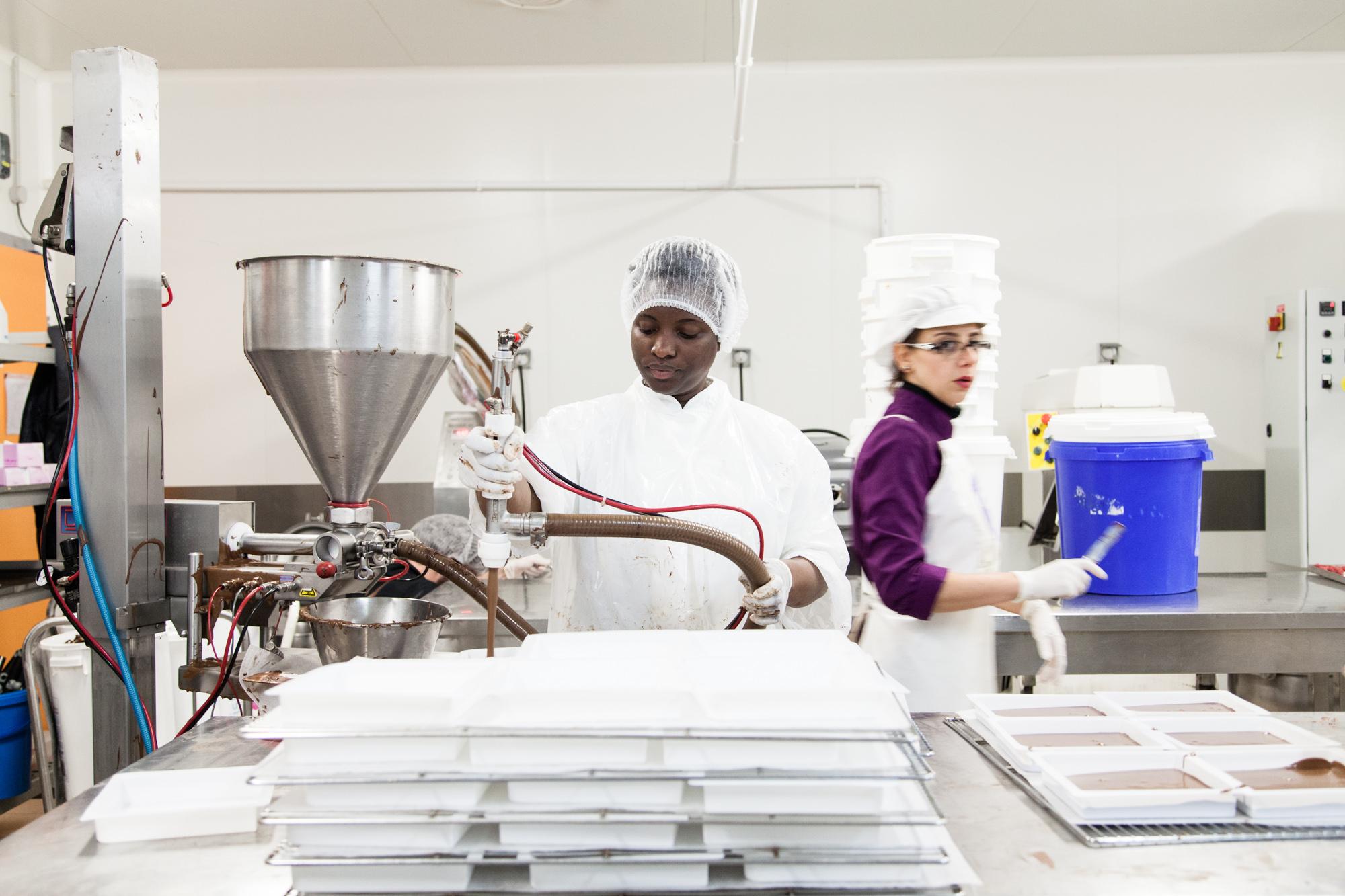 Préparation de bases chocolat dans le laboratoire de production.