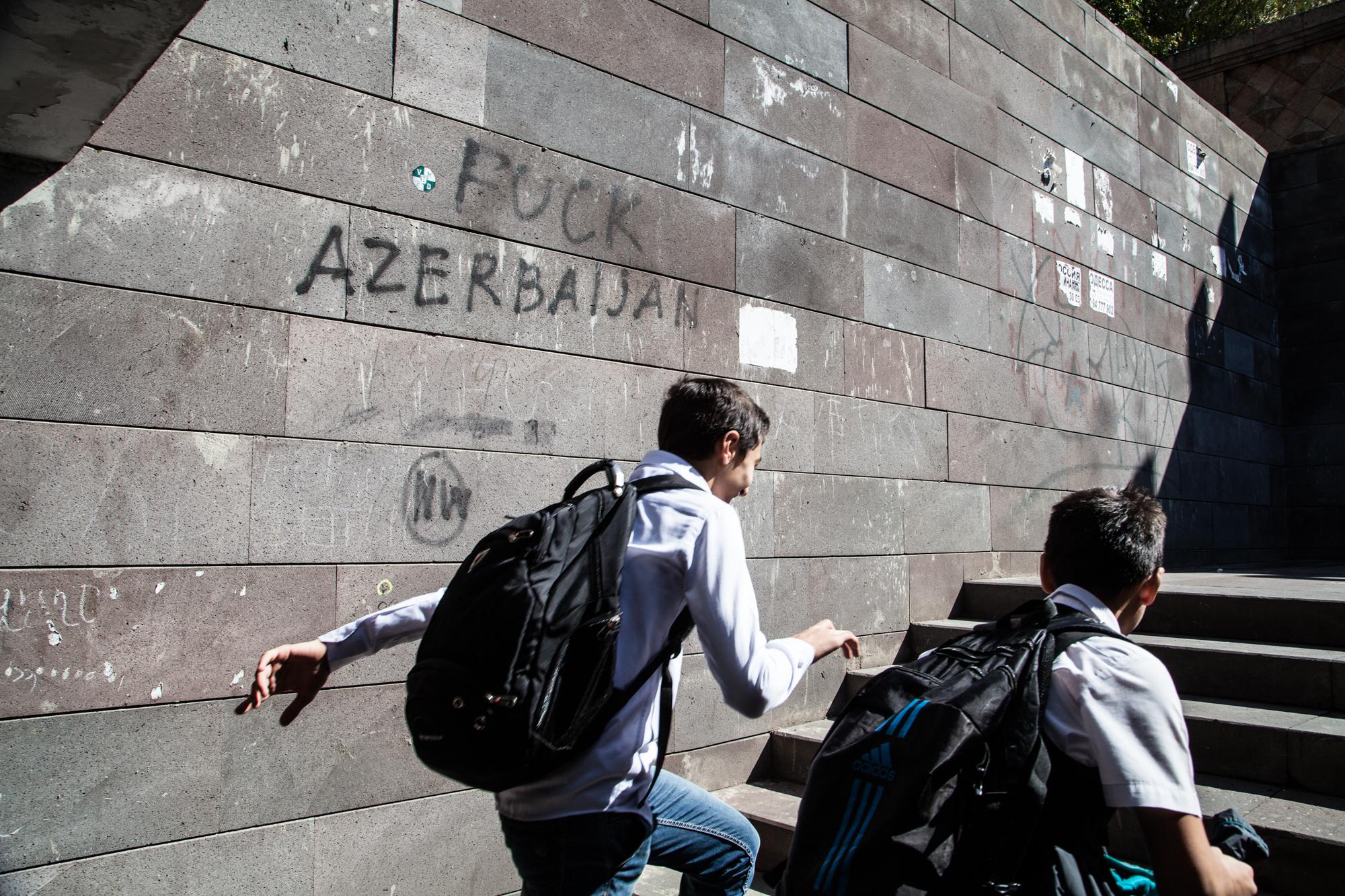 Dans la ville, des collégiens sur le trajet. Chaque garçon du pays part au service militaire pendant deux ans, de dix-huit à vingt ans, sur le front avec l'Azerbaïdjan.