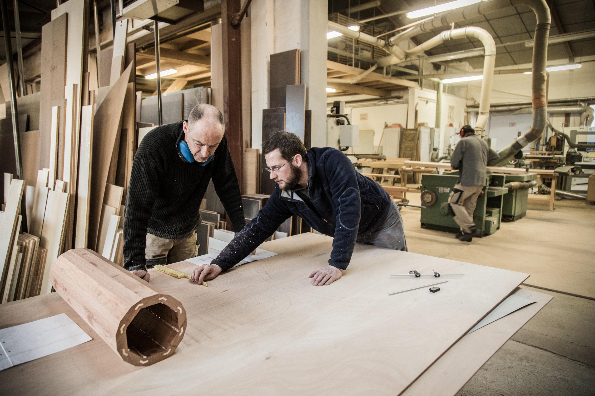 Jean Ledermann en discussion avec son second. Meilleur Ouvrier de France et ébéniste,Jean Ledermann a repris l'entreprise de Guy Daheuille. Ce dernier, MOF lui-même,l' avait accueilli pour son apprentissage.