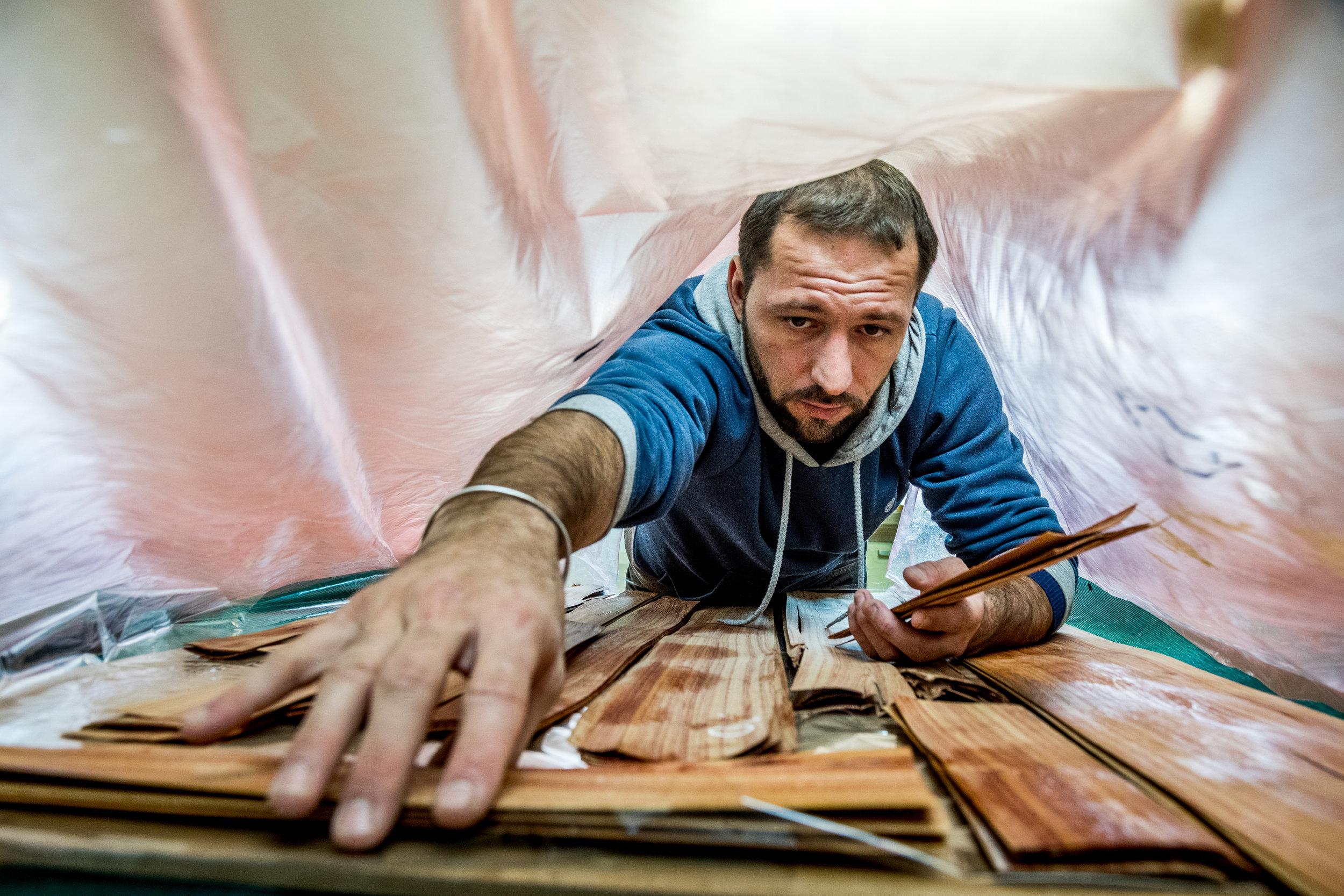 Pierre-Henri Beyssac , Meilleur Ouvrier de France, marqueteur, au travail dans son atelier.