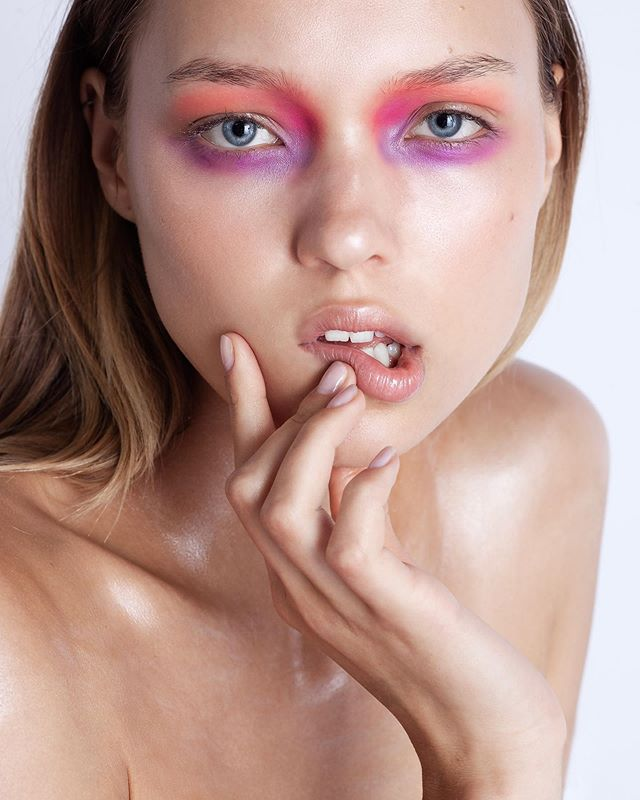 FLASH COLOR now on OPALUS  See the entire story now - Link in BIO!  Photographer @deborabarnabaphotography  Makeup Artist @elenabettanello  Model - Nicole @thefabbrica  Get the look! Skin: Embryolisse lait crème concentré, @makeupforeverofficial soft light fusion 40, ultra hd concealer R30 #Chanel Vitalumière acqua  Eyes: Make up forever flash color palette + lipglass clear by @maccosmetics #maccosmetics  Neck: #Shimmering event foundation silver by @kryolanofficial / brow fix by Inglot  #beautymakeup #opalusmagazine #opalusbeauty #deborabarnabaphotography #elenabettanello #thefabbricamodels #fabbrica #italianartists #italymodel #italianphotographer #italianmua #getthelook #beautyphotography