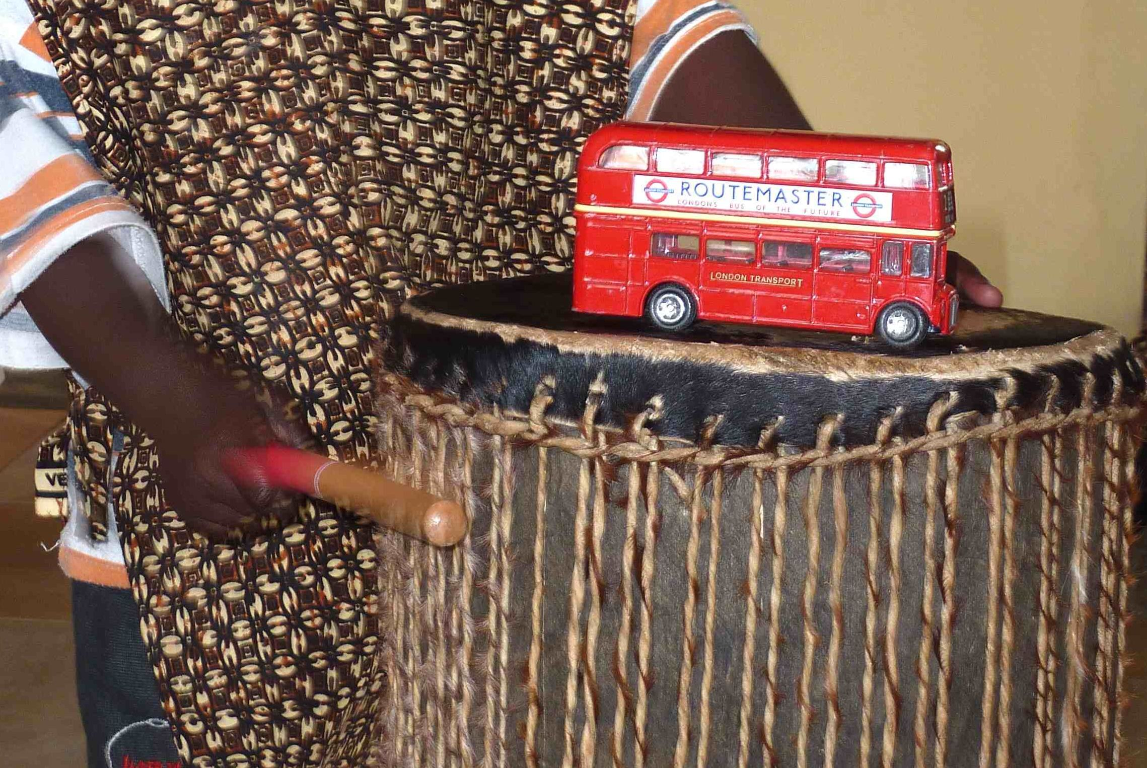 When children beat the drum, the bus jumps — a physics experiment with vibration.