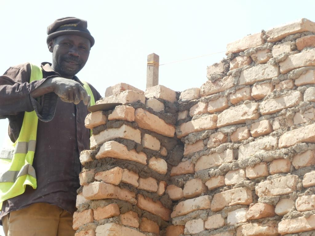 Bricklayer w trowel.JPG