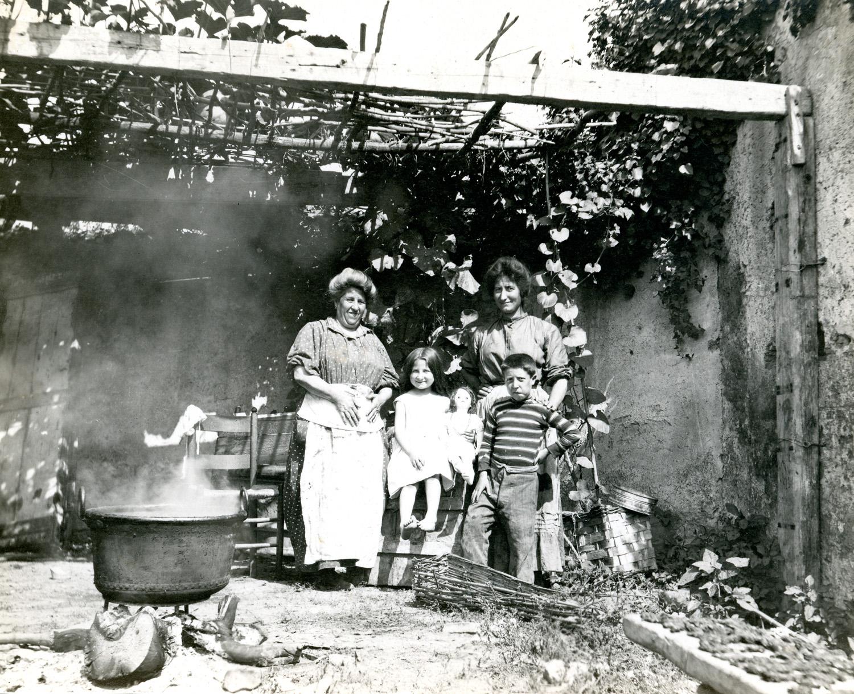 Viminal Hill, family under the shade .Rome, 1913. Albumen print. © Esther Boise Van Deman