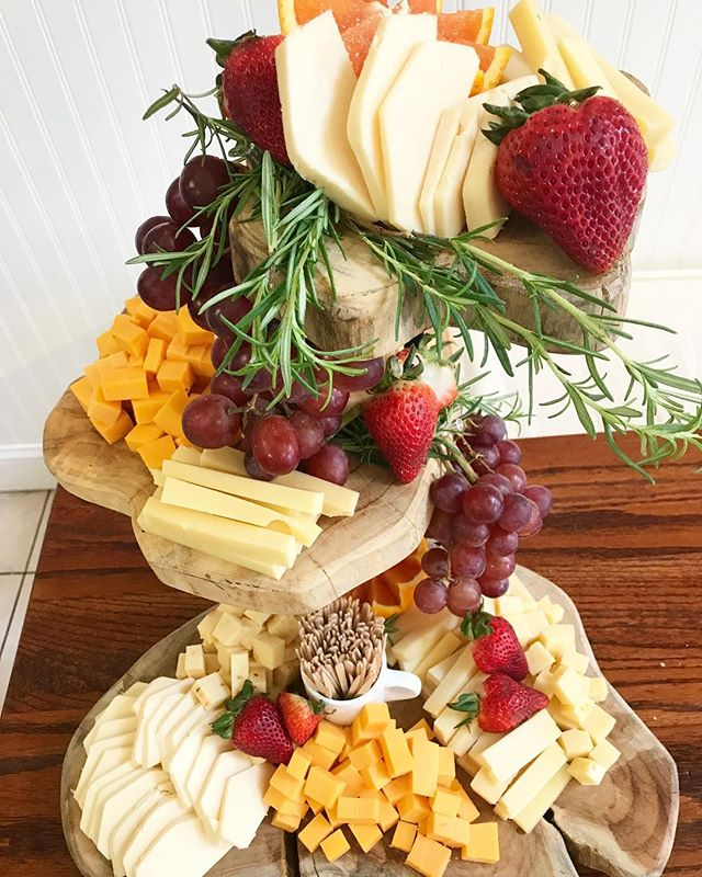 Are beautiful cheese boards on your list of summer necessities? Because they're certainly on ours! 😍