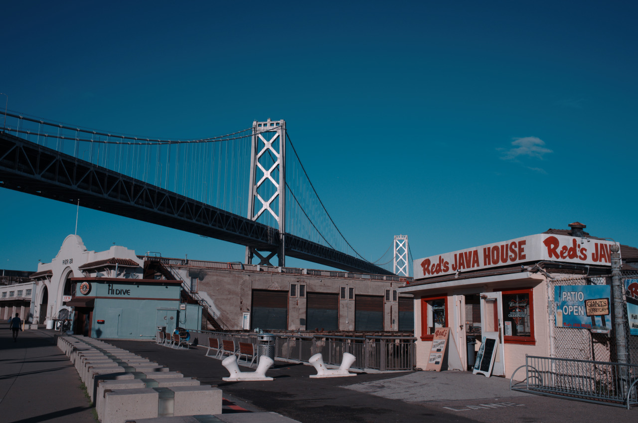 Red's Java House , San Francisco, against the backdrop of the Emperor's bridge. Photograph © 2016 Gereon Recht.