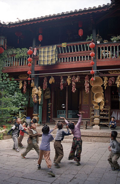 Children in Lijiang, China. Image by Ren.