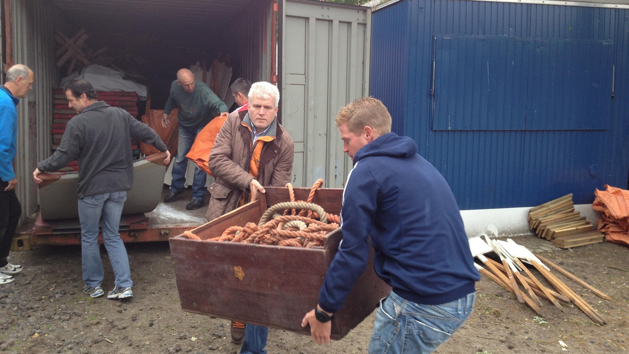 De voorbereiding; dagen van tevoren beginnen we met hulp van Timberland-vrijwilligers aan de opbouw.
