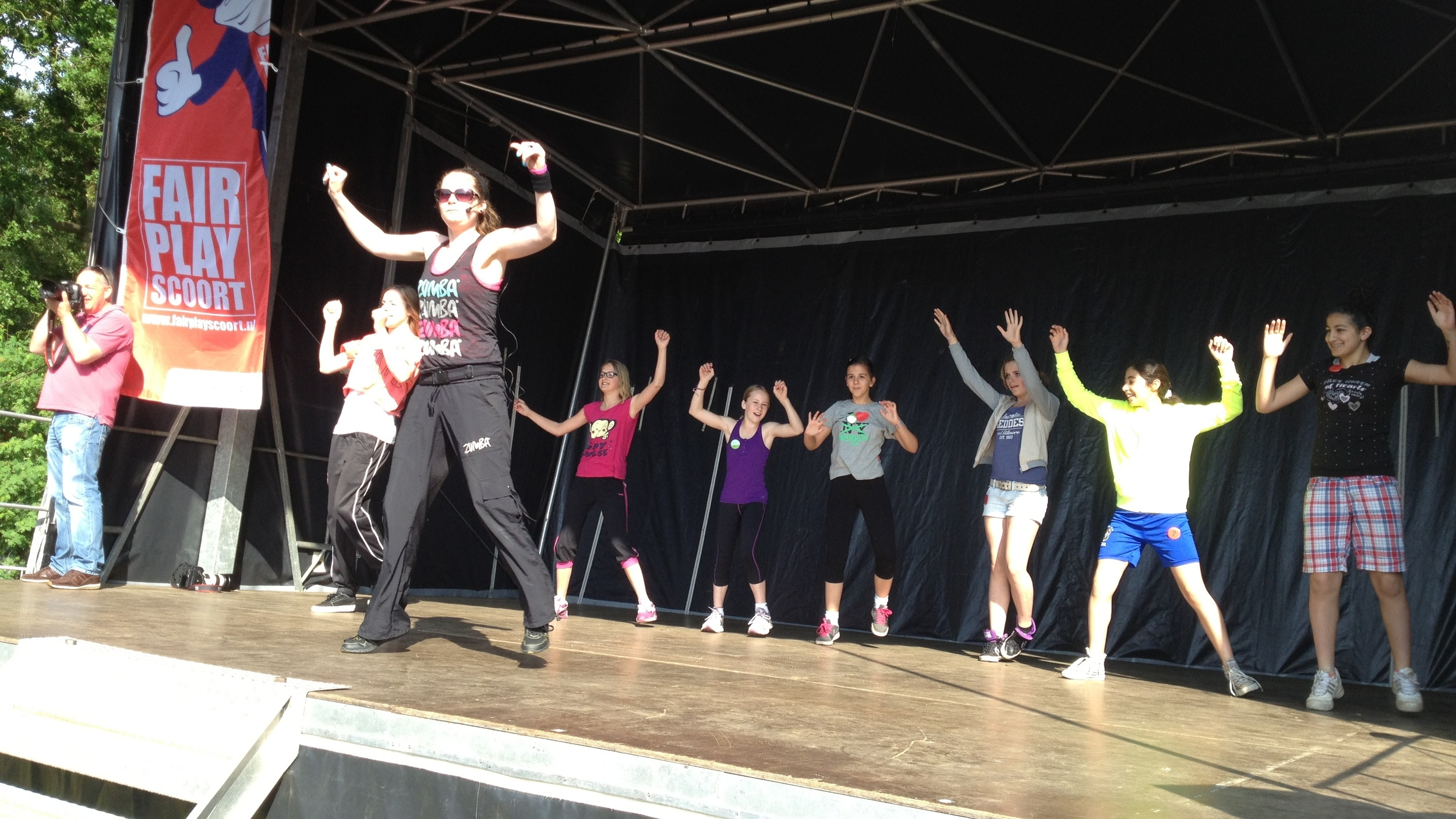 Warming-up; bewegen op muziek onder begeleiding van enthousiaste danseressen!