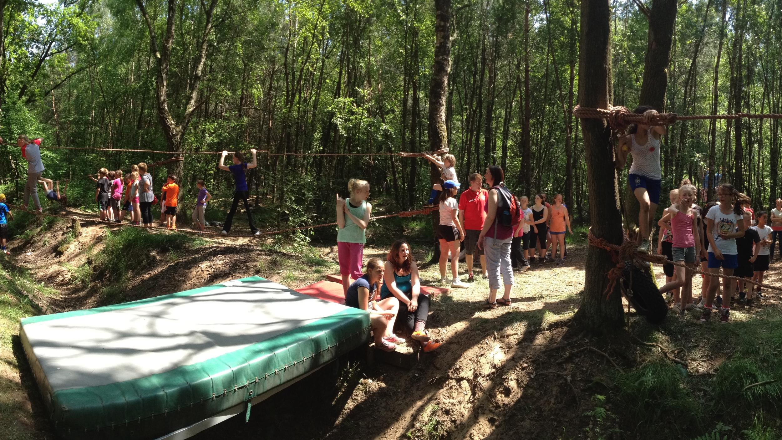 Junglebaan; verschillende touwbanen over de sloot.