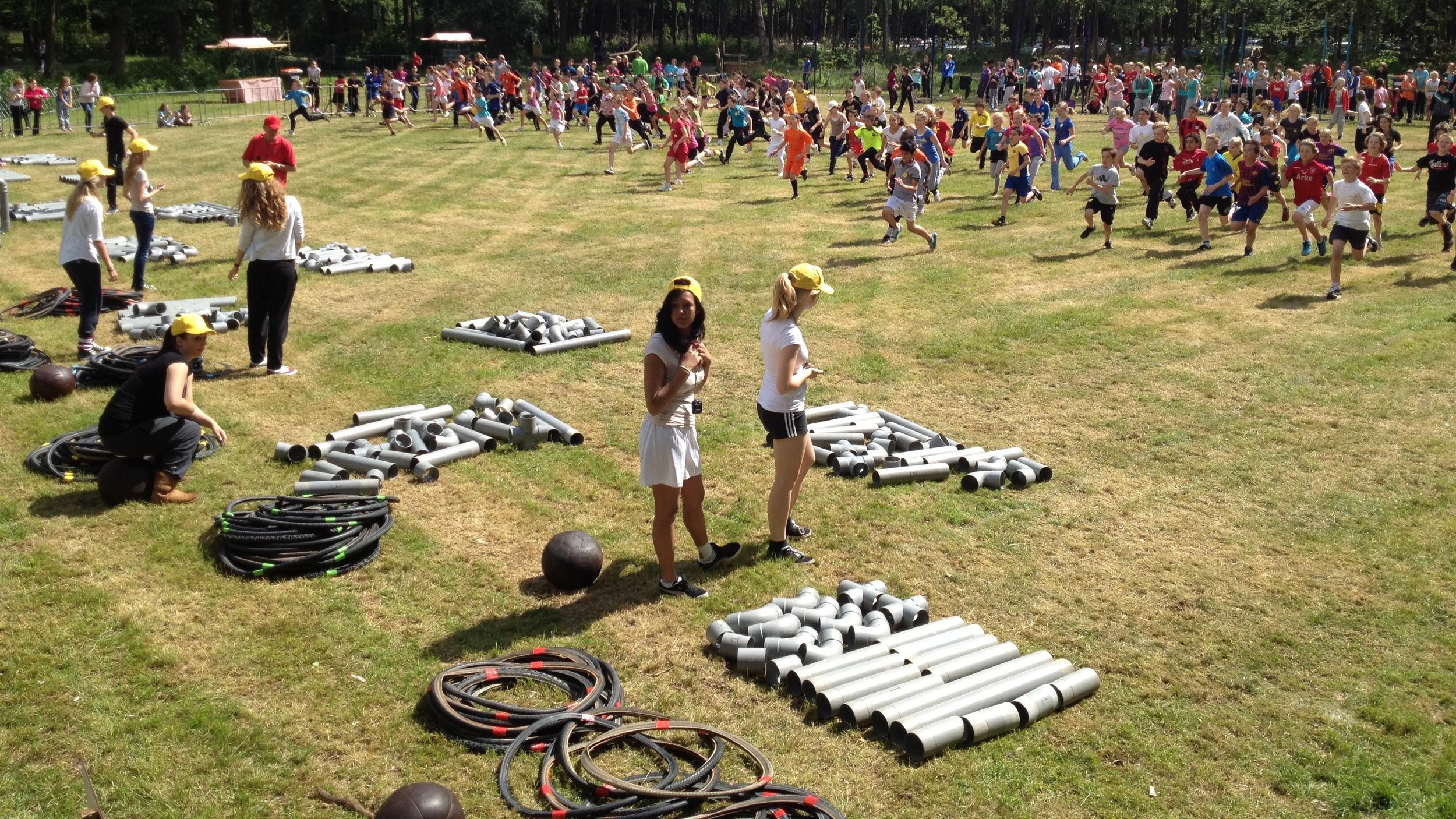 Minikamp; waar 14 scholen tegelijk tegen elkaar strijden!