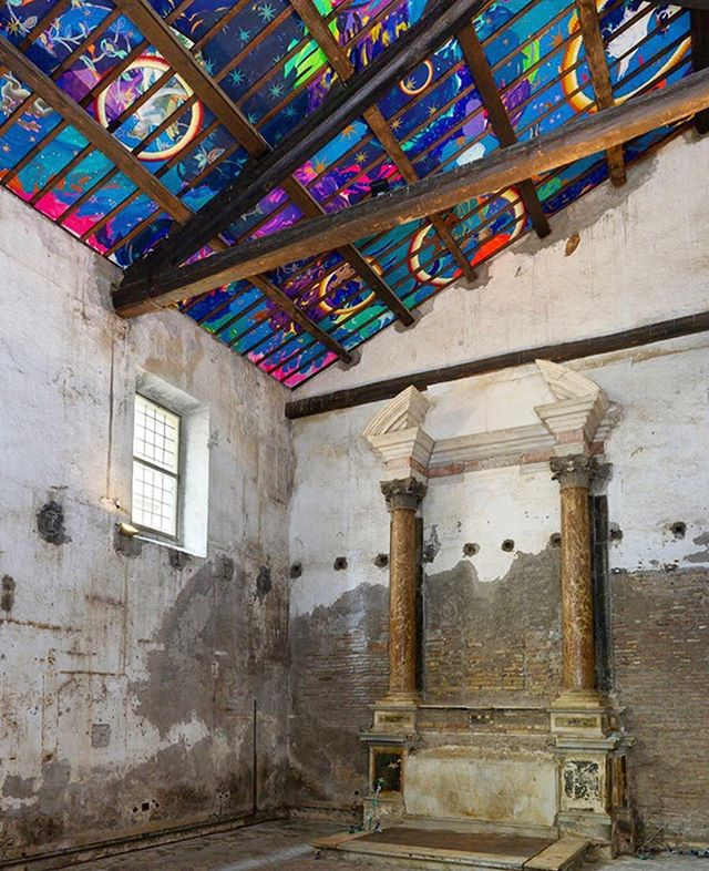 For those in Rome, the final days of seeing Laura Owens' vividly striking ceiling mural are here- the exhibition is up through Oct 5th. The former chapel housing Owens' piece is the Sant'Andrea de Scaphis, now the Rome location of @gavinbrownsenterprise ✨ . . #LauraOwens #Rome #mural #artinstallation