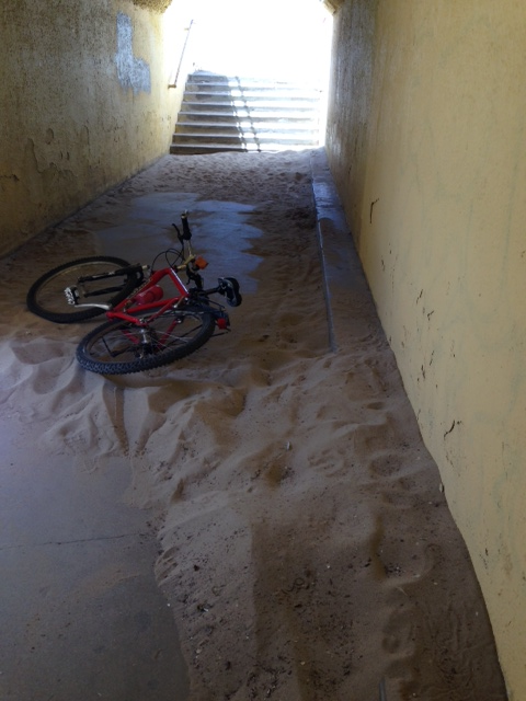 Bike of a cyclist who fell on the tunnel sand