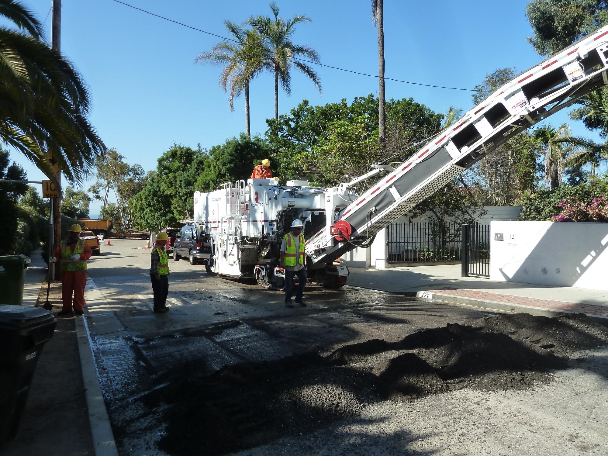 Milled asphalt goes up conveyor