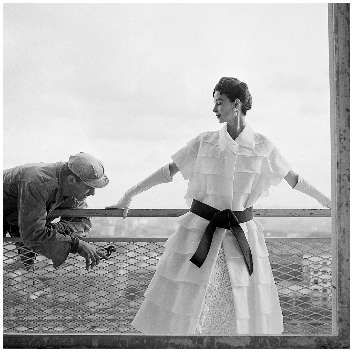 Dorian Leigh at the balcony 1954, Photo Georges Dambier