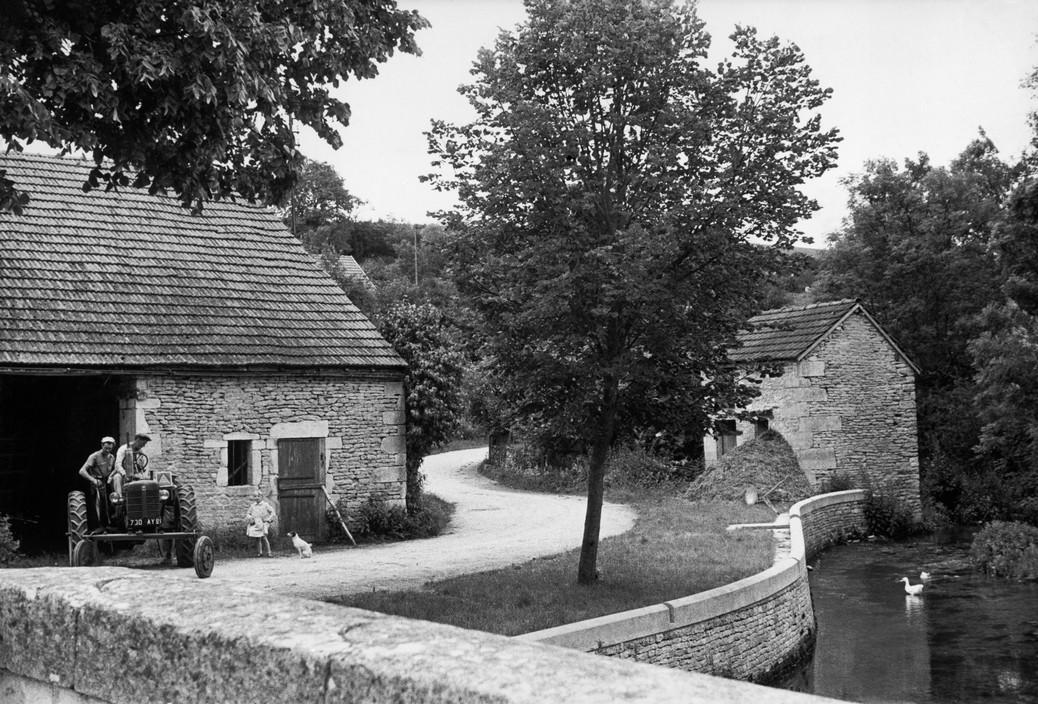 FRANCE. Bourgogne (Burgundy). Côte-d'Or. Billy-les-Chanceaux. 1955. The Seine river.© Henri Cartier-Bresson / Magnum Photos