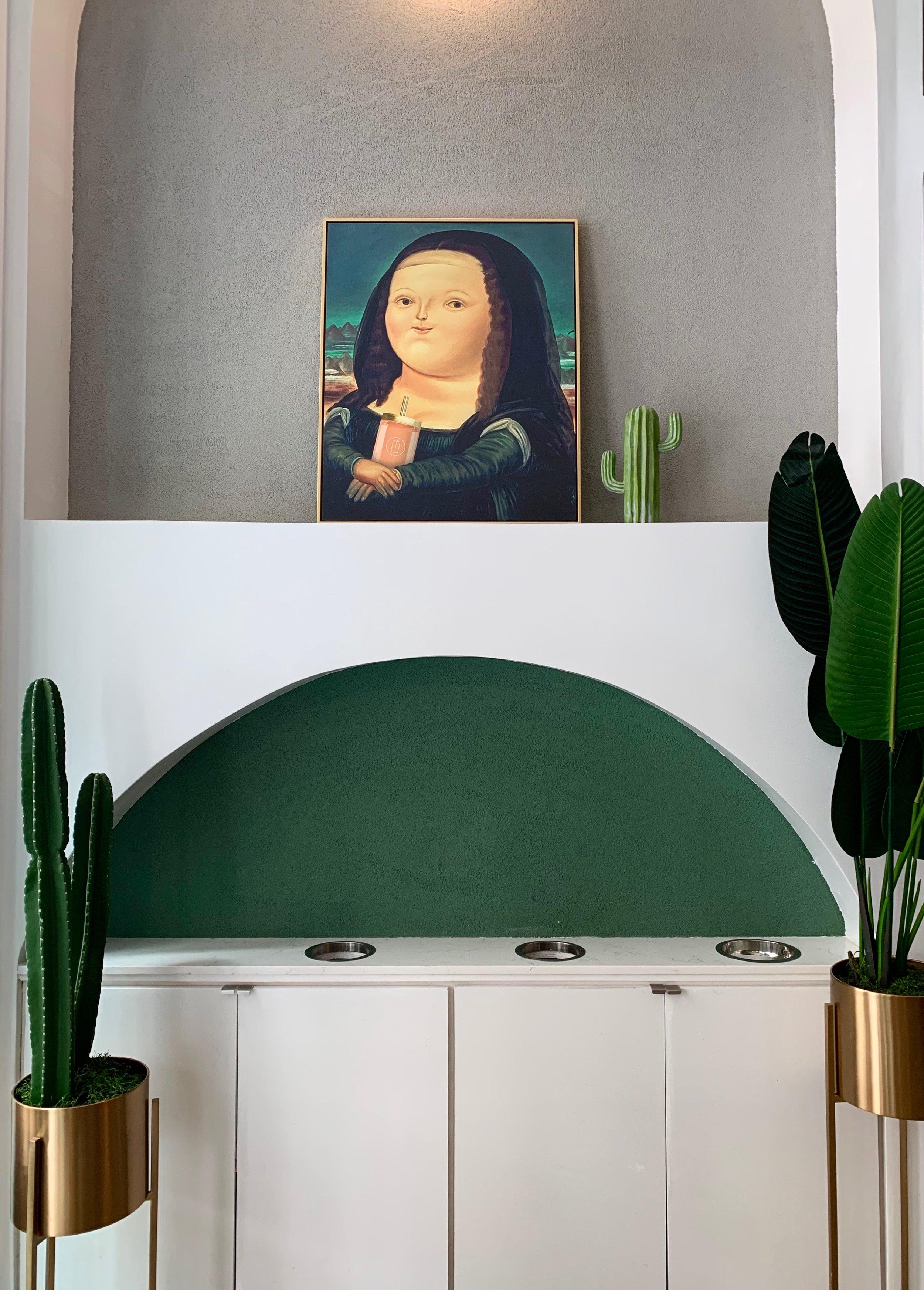 Mona Lisa drawing hugging Le Tea drink