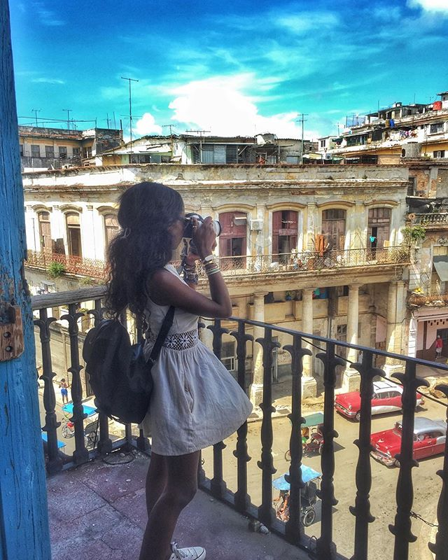 Getting that perfect shot after lunch in #lahabanavieja at the pension restaurant La Rosalia Mesón and la Escuela de #Baile Rosalía #Castro. #NAPerfectworld #travels #Havana