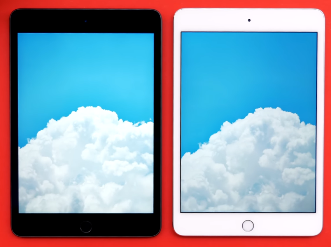 A comparison in brightness between the iPad Mini 5 (Left) Mini 4 (Right)