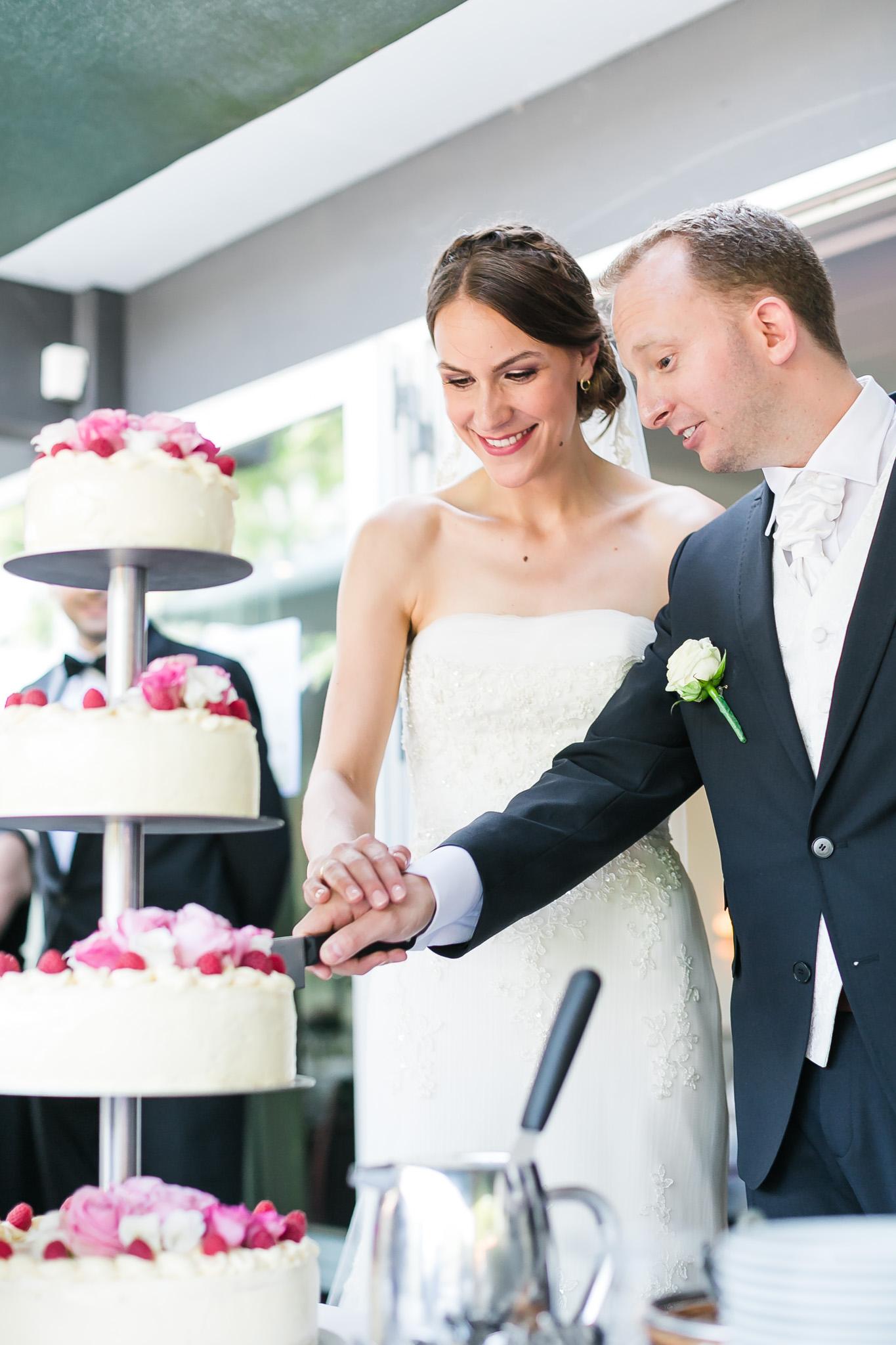 Brudepar skærer bryllupskage Scheelsminde