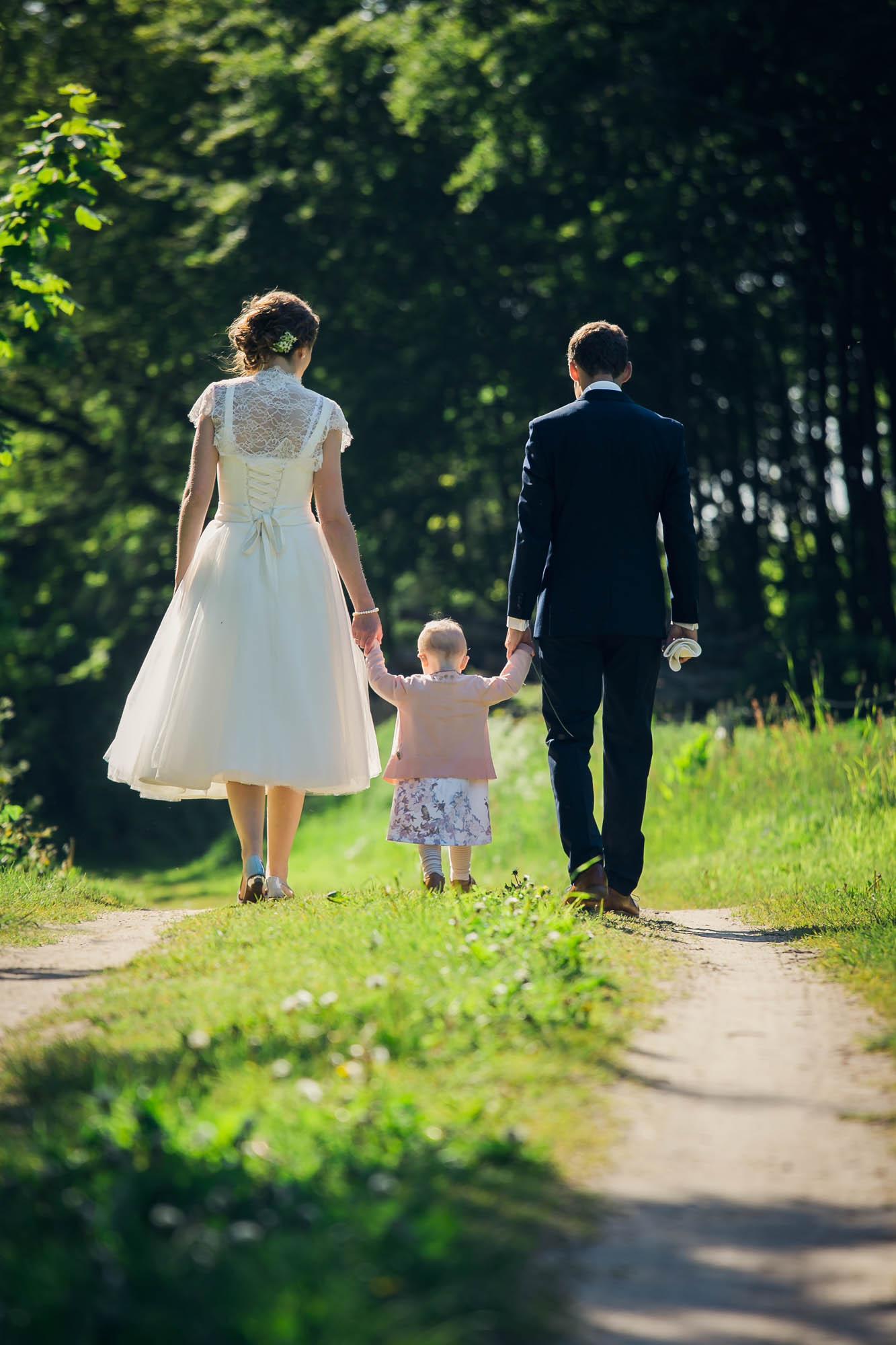 Familie fotograferet efter bryllup