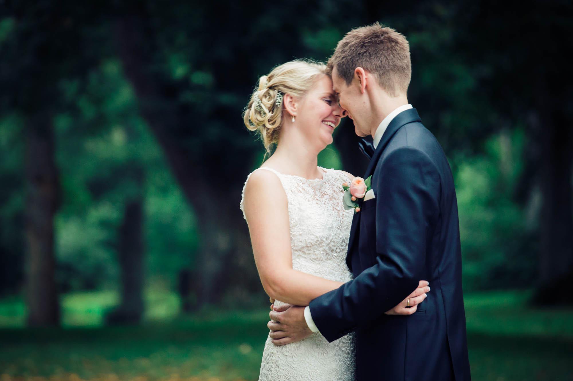 Brudepar kysser i Frederikshavn