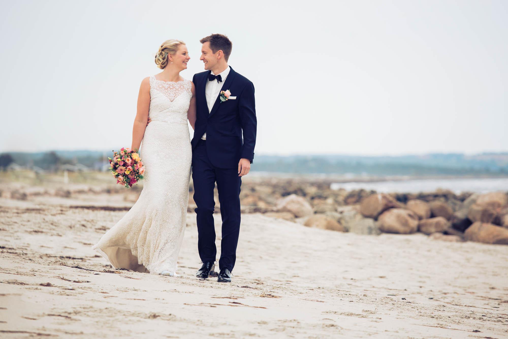 Brudepar fotograferet på strand