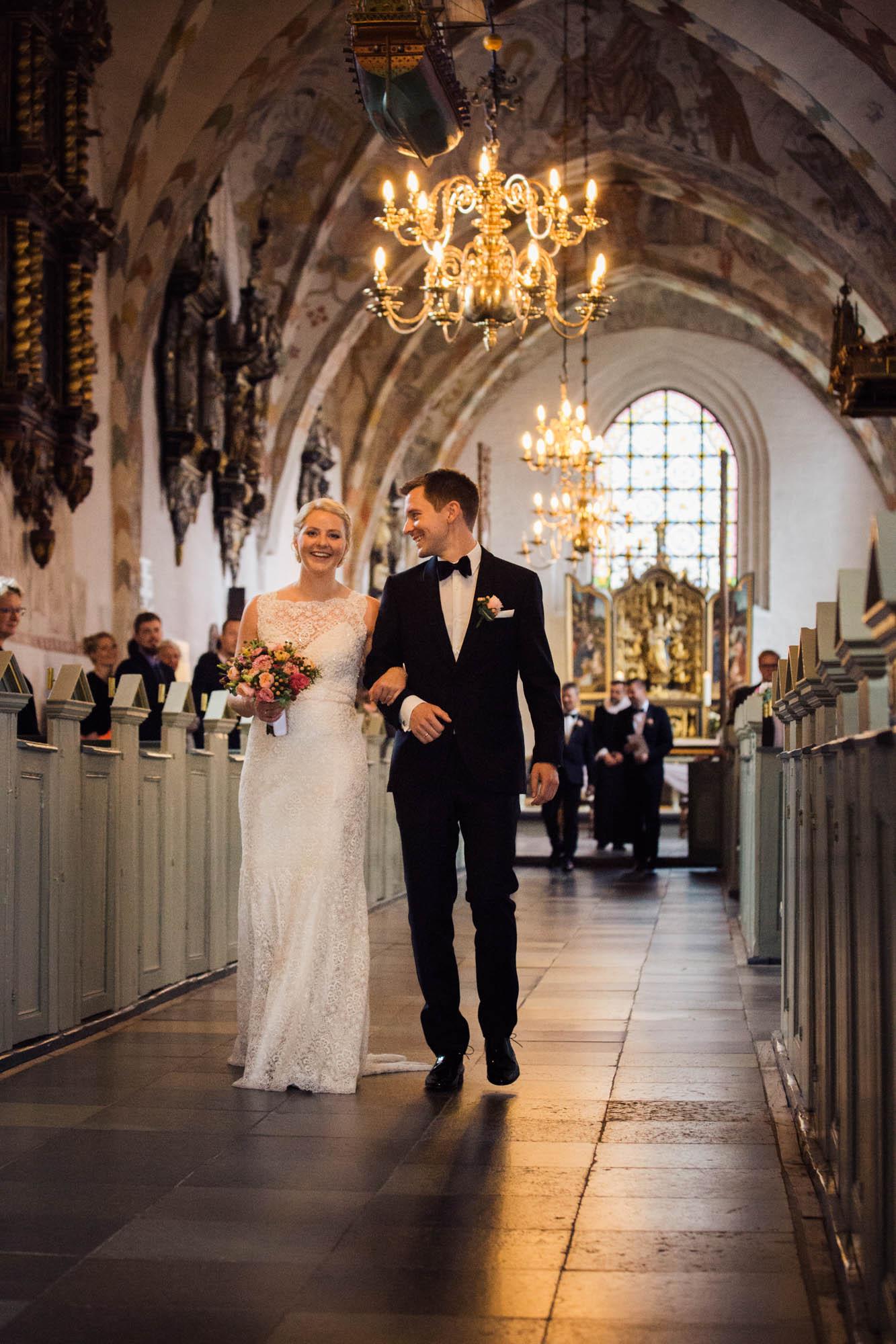 Brudepar går ned af kirkegulv