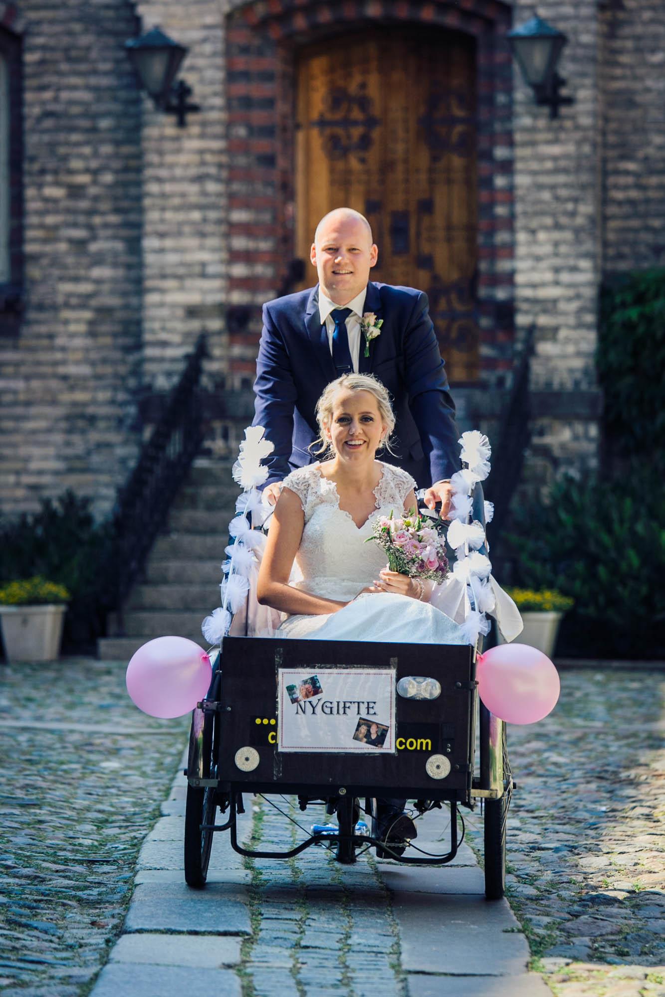 Brudepar cykler på Christianiacykel