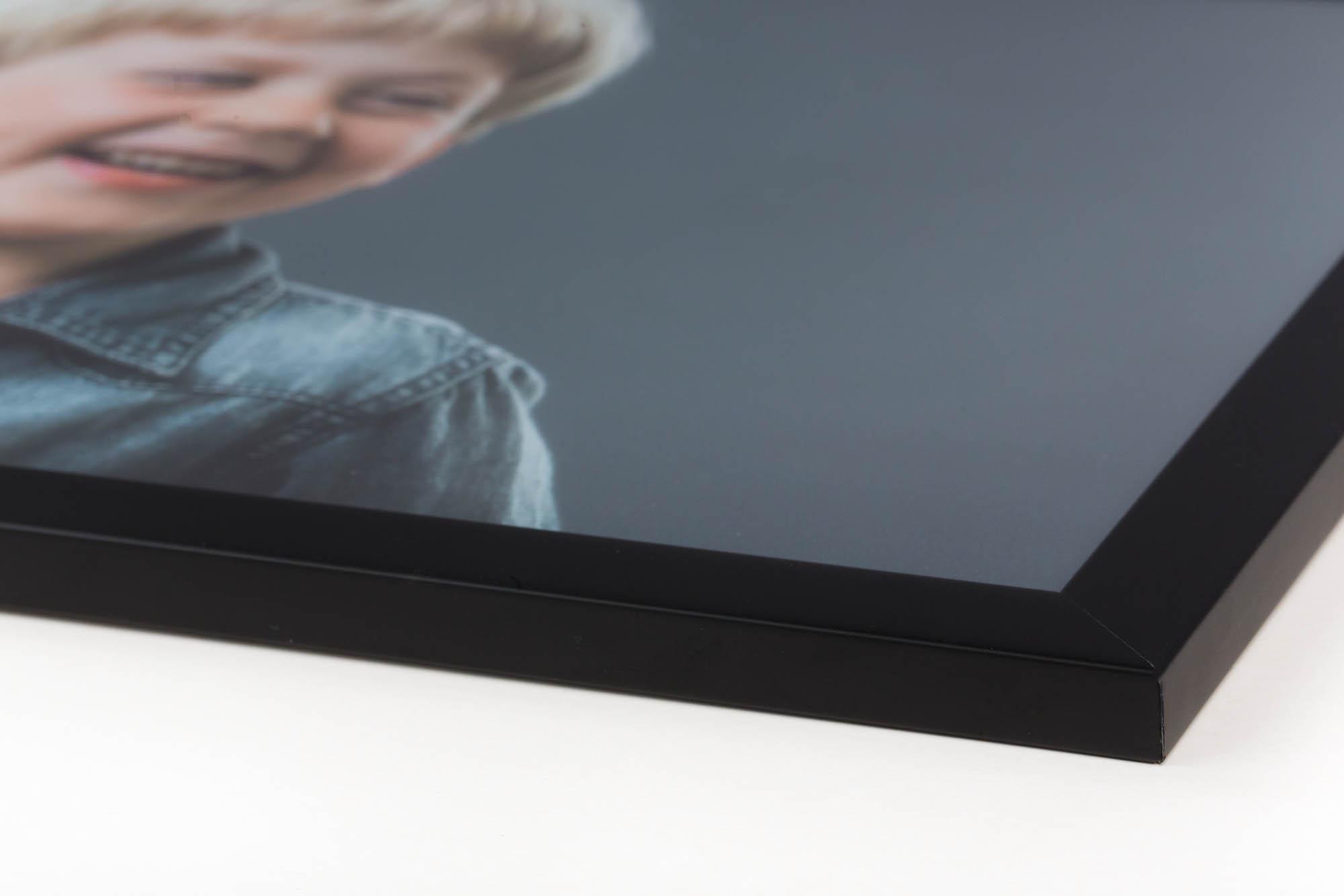 Standard ramme - Flot indramning i tynd matsort ramme. Billedet monteres på en hvid aluplade og indrammes (monteres uden glas). Printet falmer ikke, er uden reflekser og er vandfast.