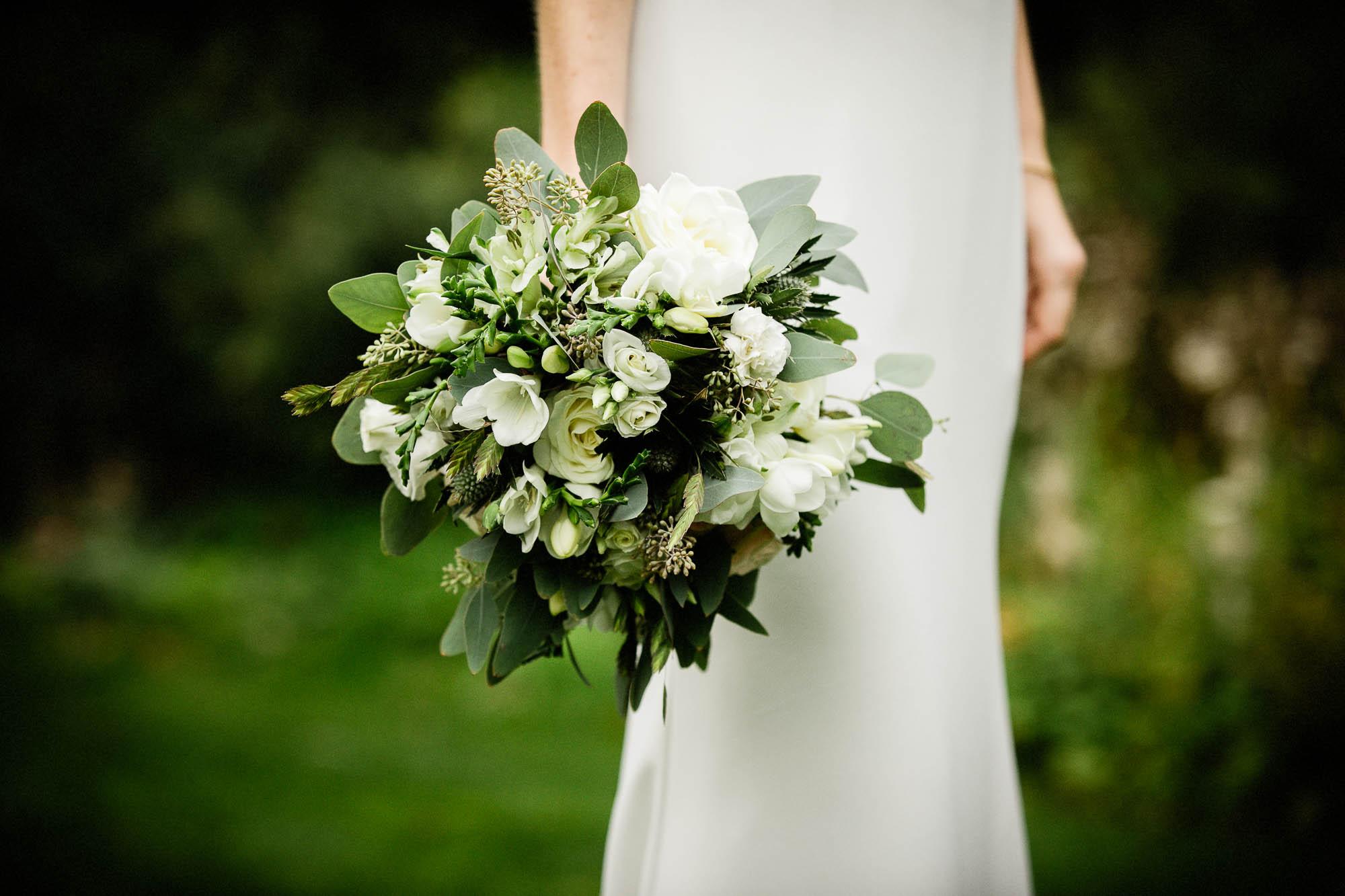 Den flotte baggrund skaber en perfekt baggrund for detaljebilleder af brudekjolen og buketten