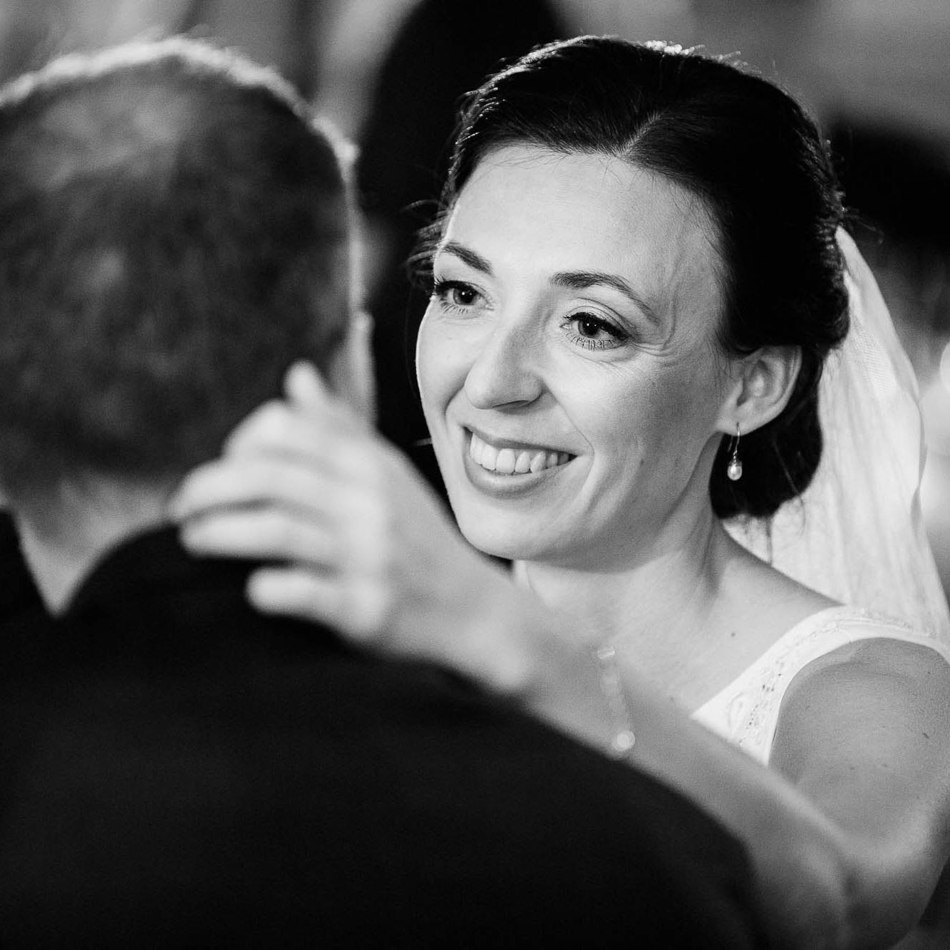 Naturlige billeder - Jeg har fokus på at give jer naturlige billeder fra jeres bryllupsdag. Sammen skaber vi en afslappet stemning, hvor I kan være jer selv foran kameraet. Her er ingen stive smil og mærkelige poseringer. Sammen skaber vi ægte nærvær, hvor jeres kærlighed kan ses og føles! Det er de billeder man har lyst til at se om 10 år også!