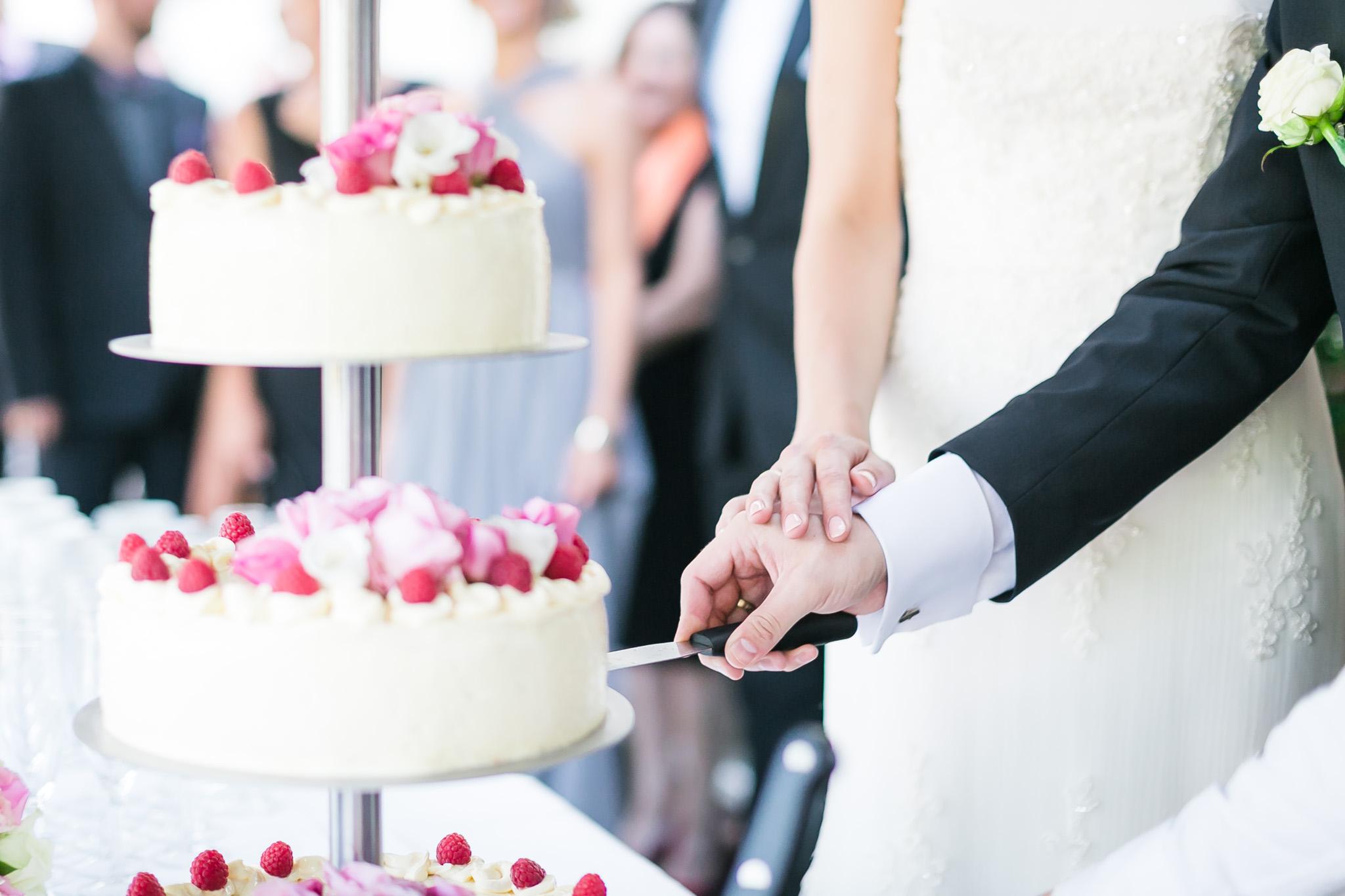 554d0b16 Mit første gode råd er derfor at skære bryllupskage og sætte gang i  receptionen inden I får taget jeres portrætbilleder. Så er jeres gæster  underholdt, ...