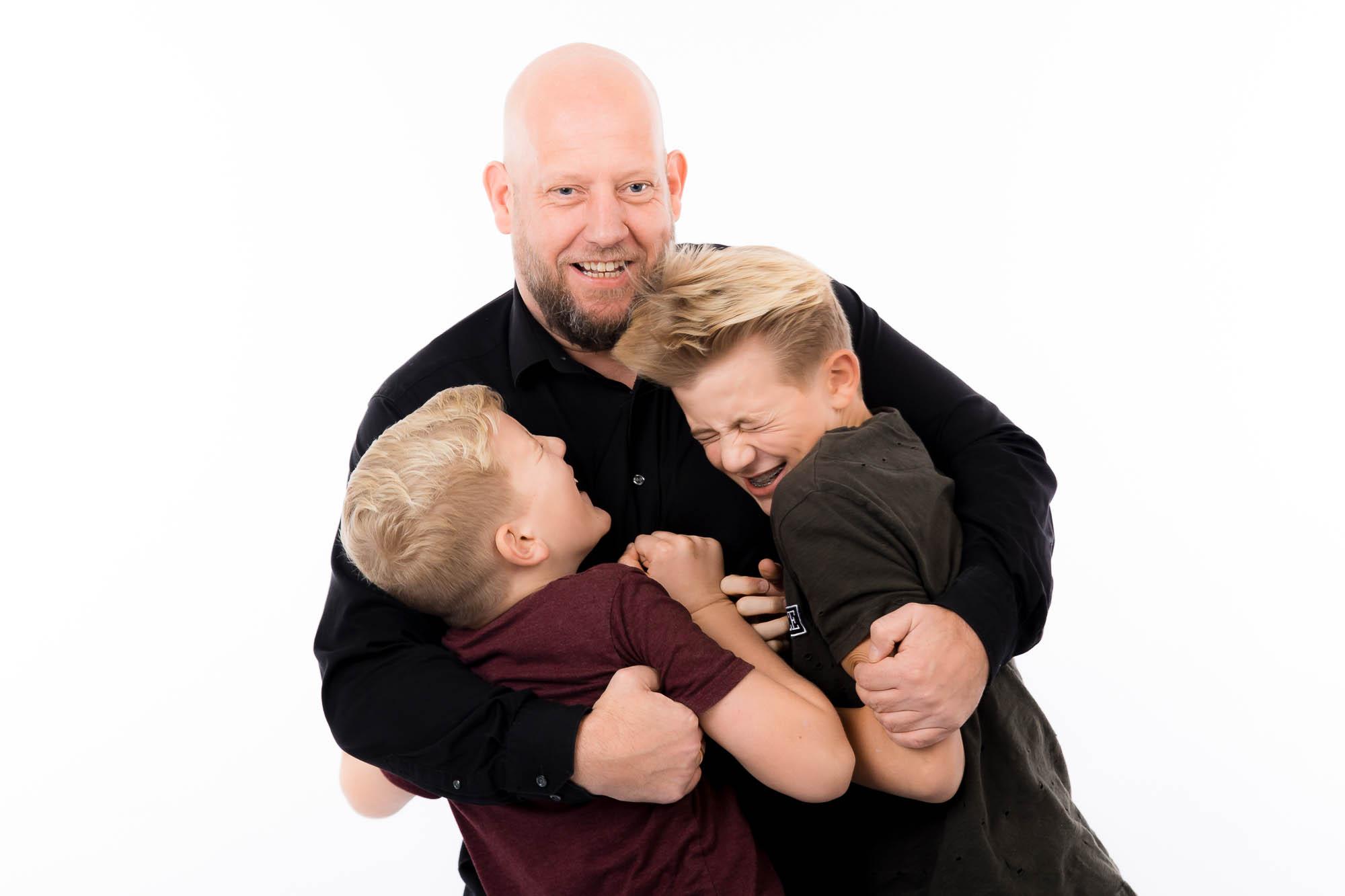 Far og hans to drenge til fotograf