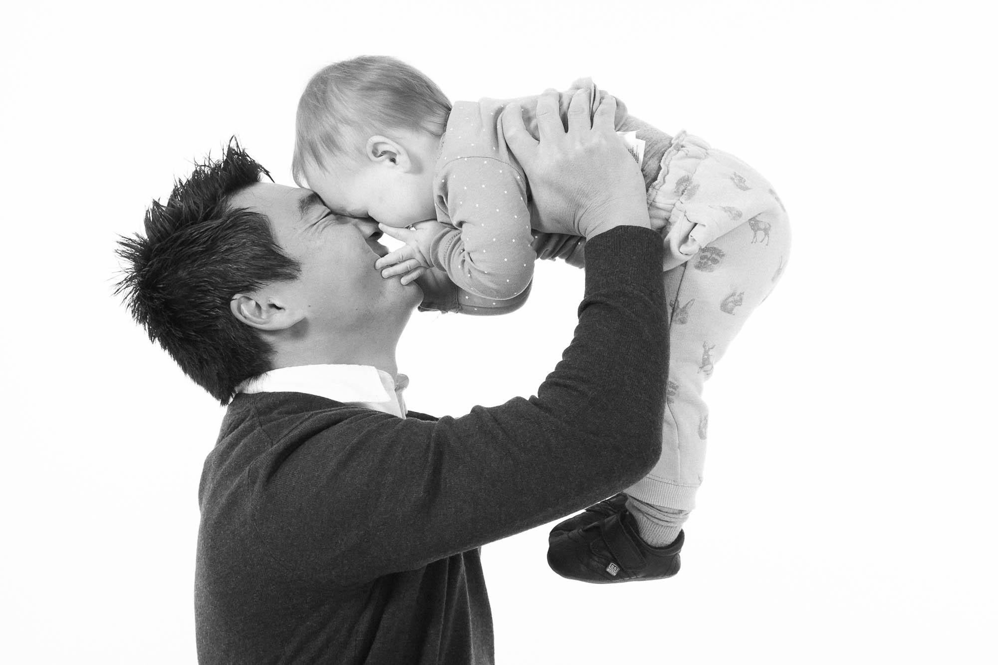 Far knuser sin datter til fotografen