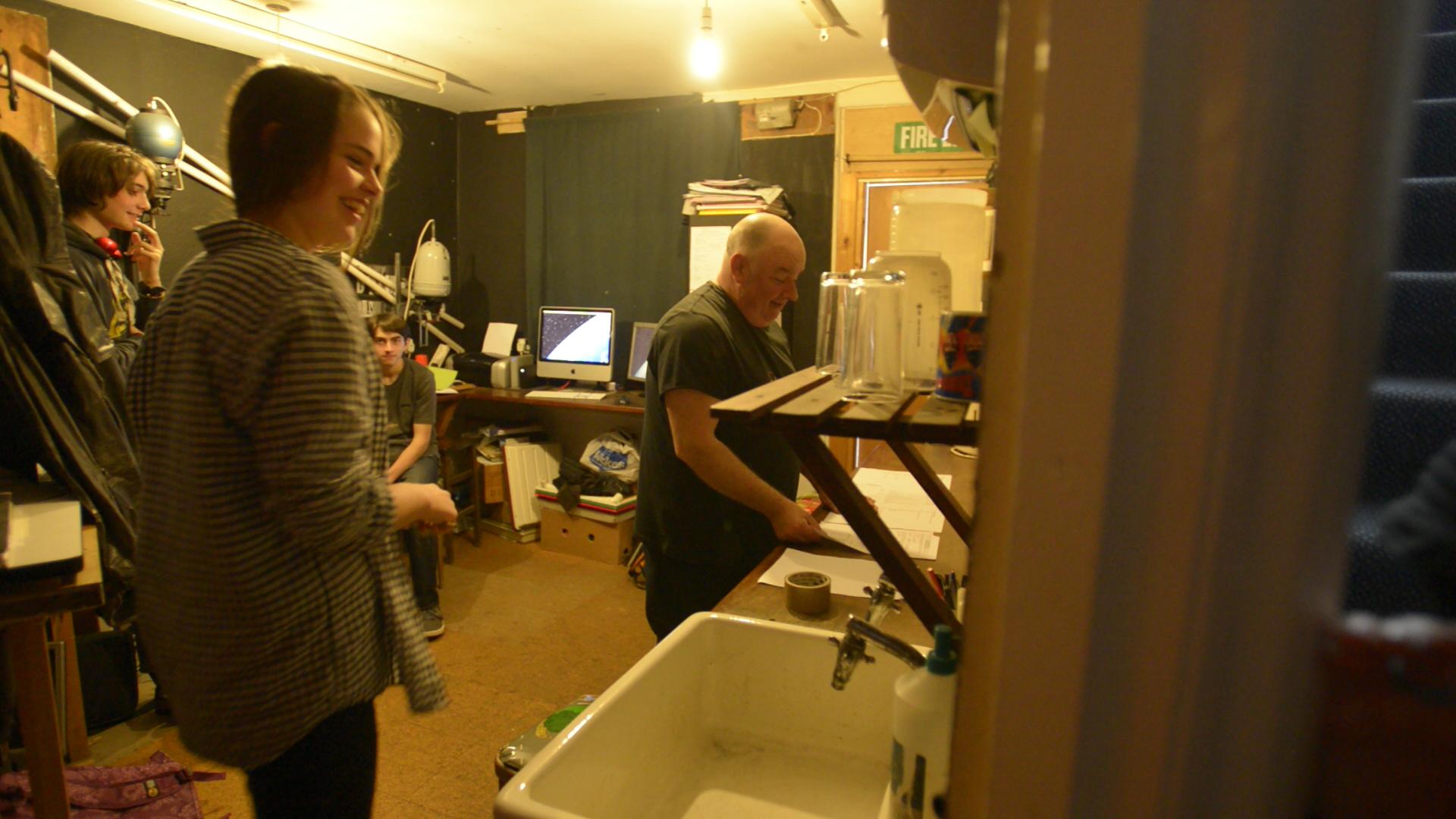 Alba y otros estudiantes en clase de fotografía con Paul.