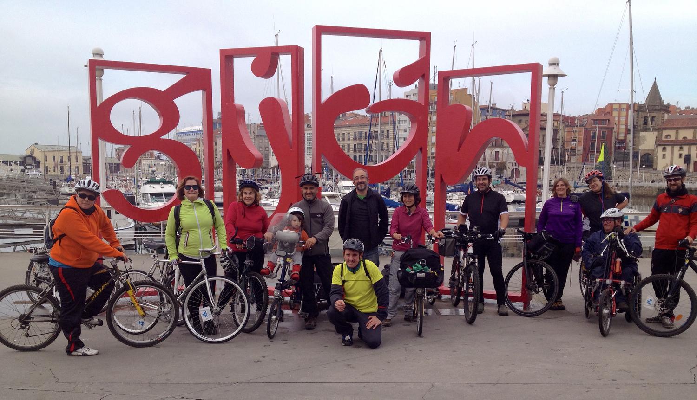 Llegando a Gijón, con el grupo de ciclistas de  Asturies con bici  y  30 días en bici  que nos acompañaron desde Oviedo.