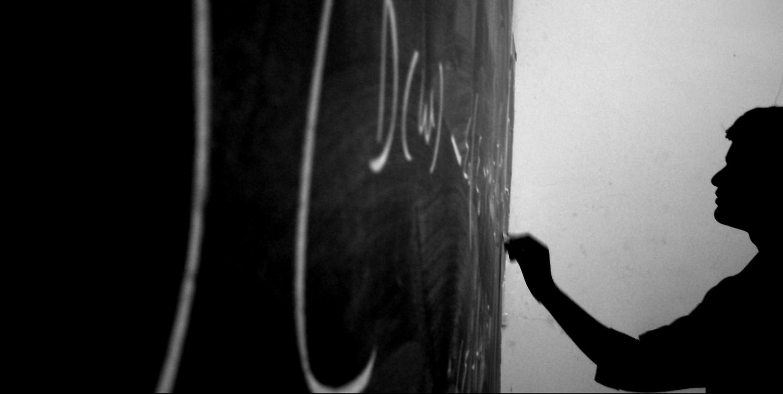 La escuela diseñada desde la mirada adulta dividelo que antes no estaba separado.  The Teacher  por  iamennui2 .  CC-BY-NC-SA